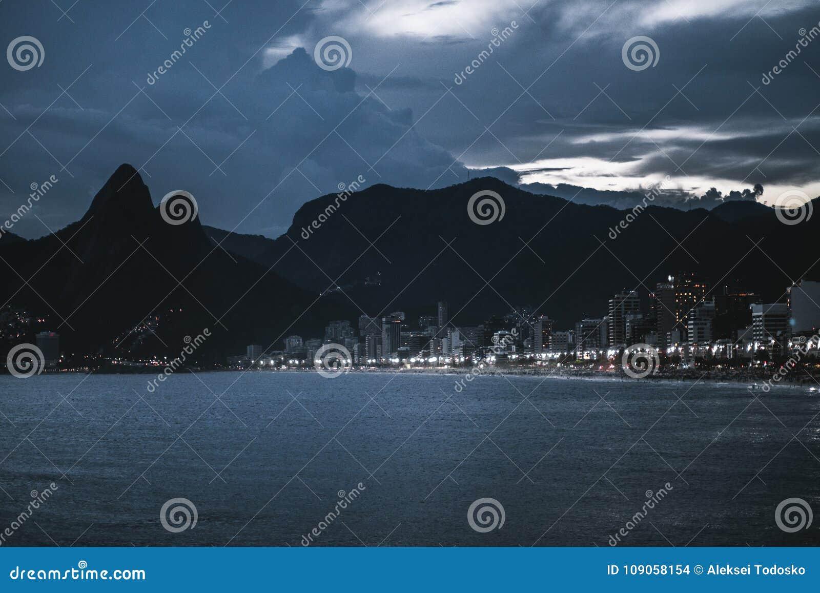 里约热内卢夜都市风景有海湾的