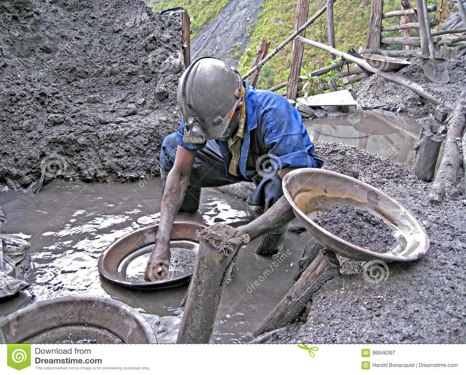 贵重金属的卢旺达矿工摇摄
