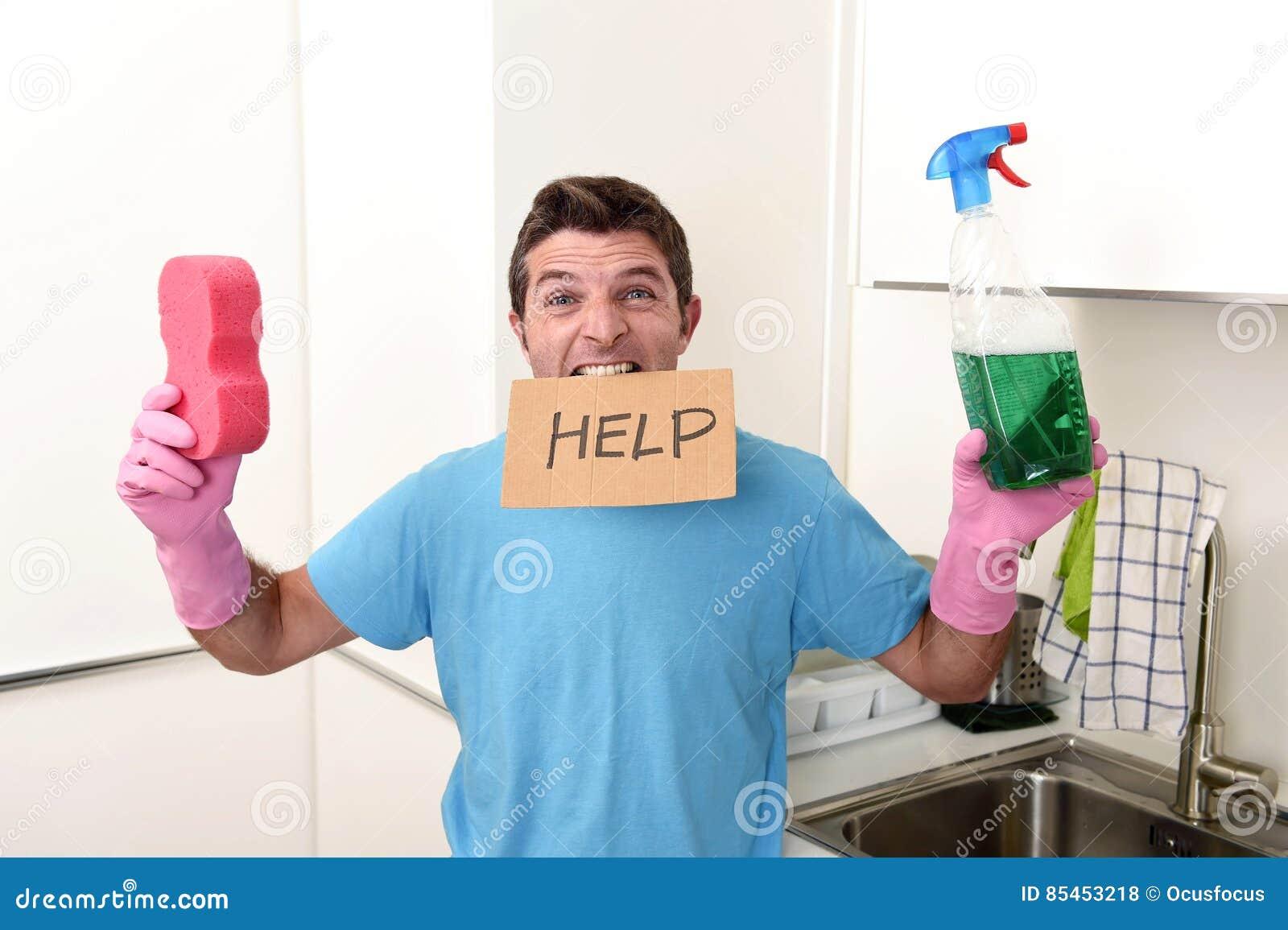 重音的杂乱人在拿着海绵和洗涤剂浪花的洗涤的手套装瓶请求帮忙