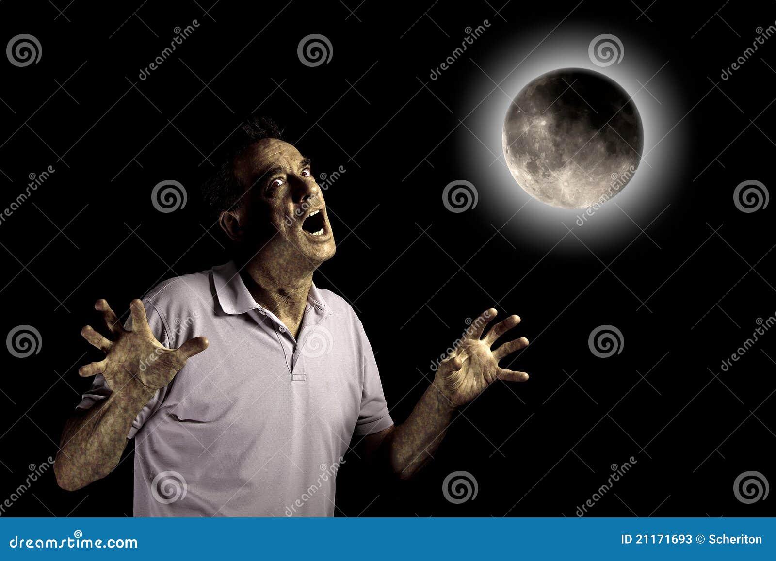 或许野兽充分发光的万圣节人月亮可怕启用在狼人之下.图片