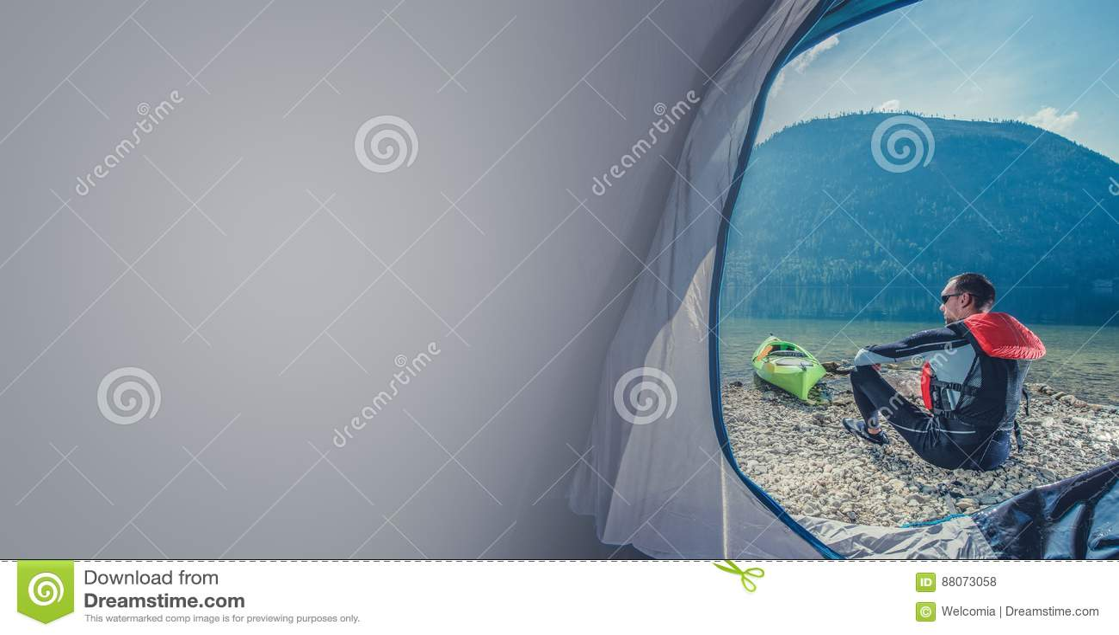 野营与皮船的湖岸