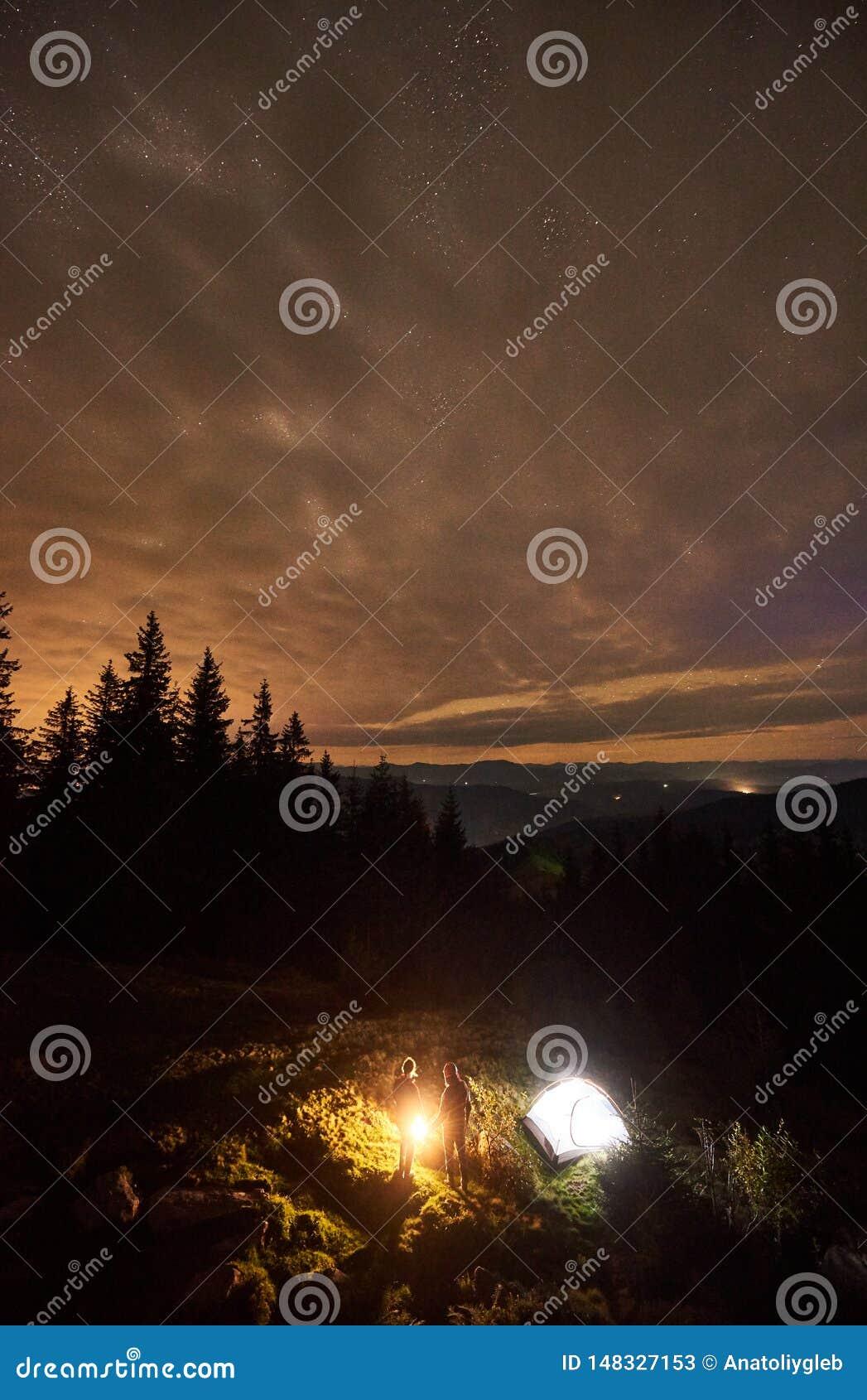 野营在山的夜夏天在夜满天星斗的天空下