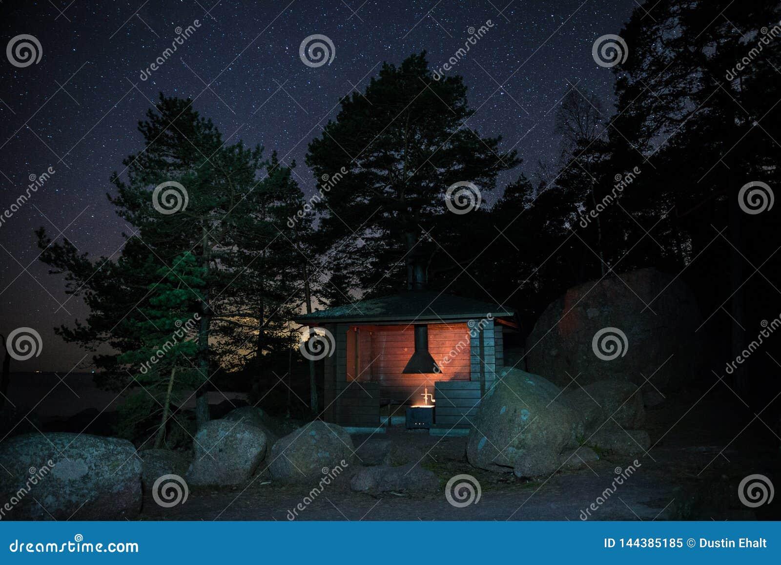 野营在晚上在芬兰
