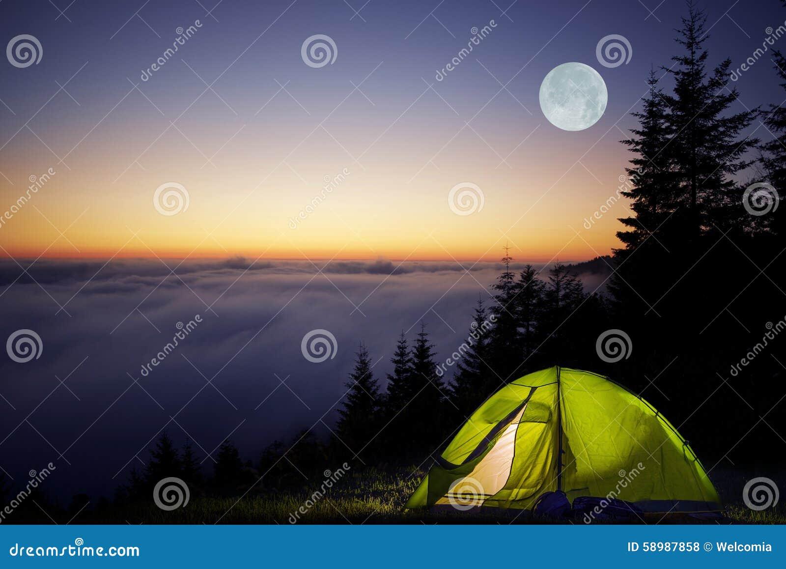 野营在森林里的帐篷