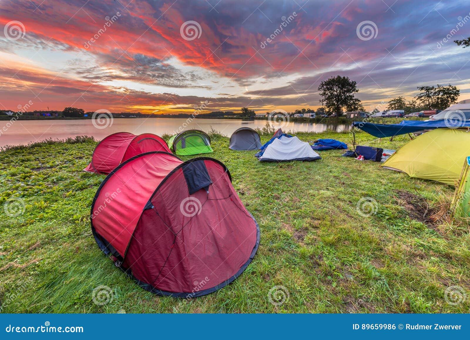 野营在湖附近的圆顶帐篷