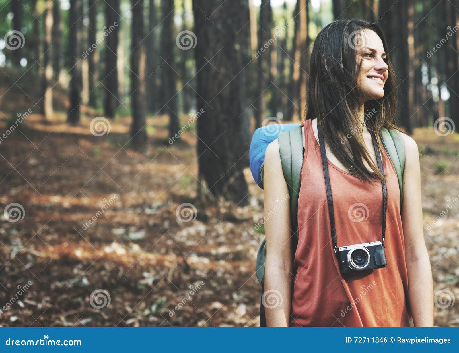 野营的背包徒步旅行者摄影师照相机冒险概念