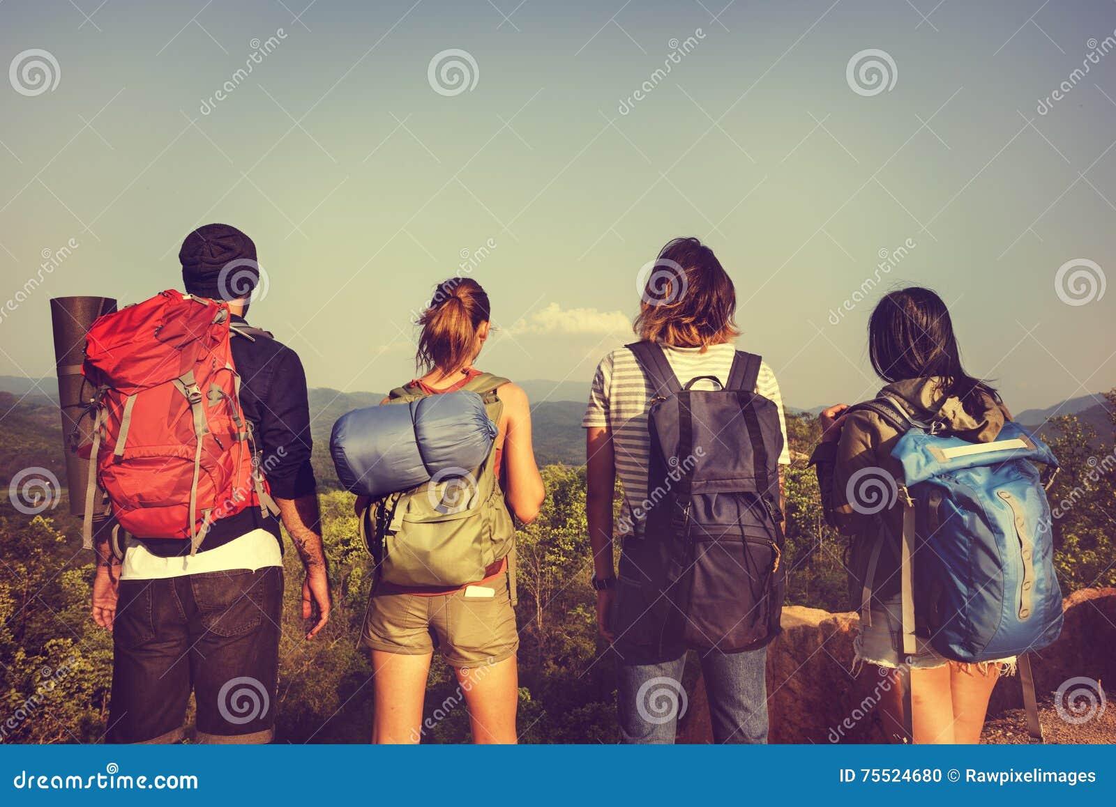 野营的背包徒步旅行者远足旅途旅行艰苦跋涉概念
