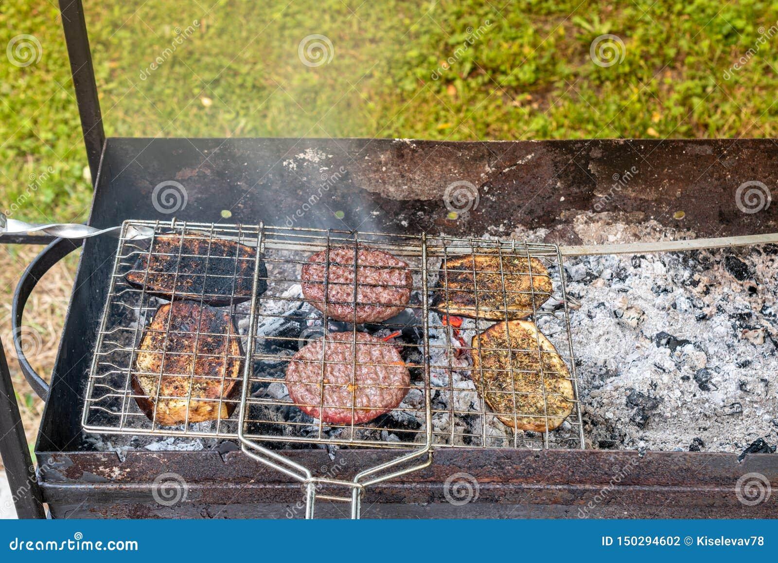 野餐在村庄 油煎汉堡和茄子在格栅