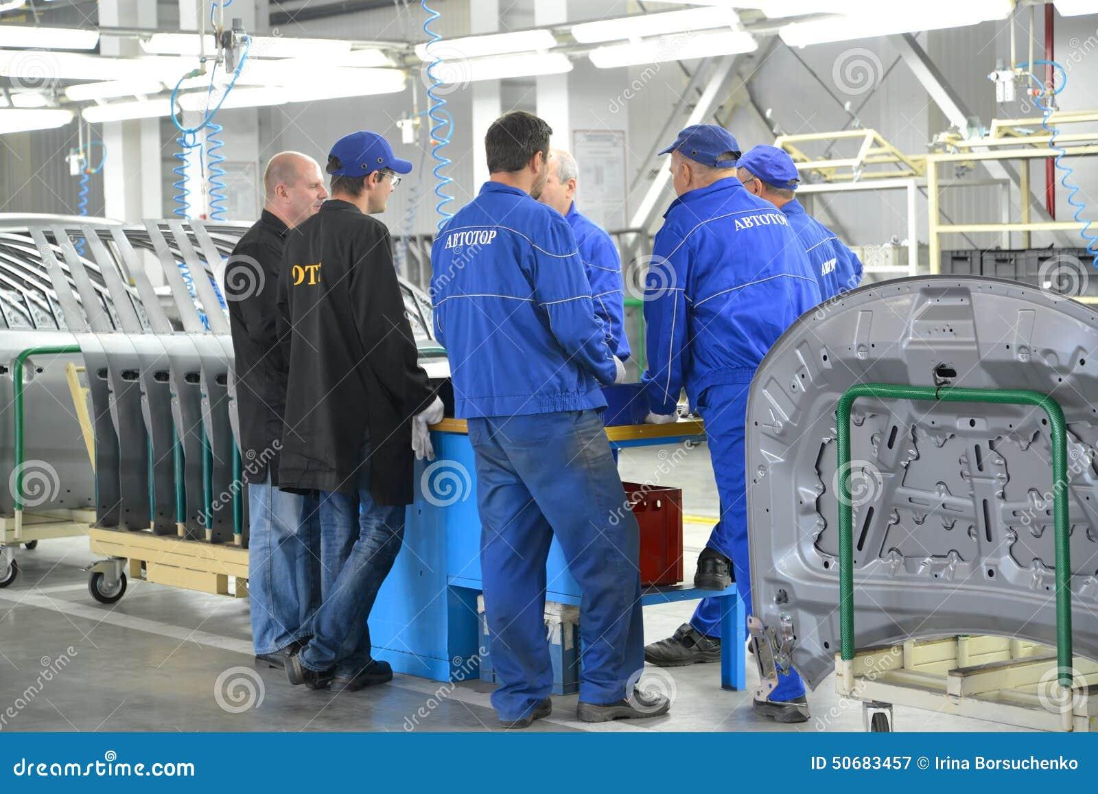 Download 质量部门的工作者和职员谈论问题点我 图库摄影片. 图片 包括有 选矿, 工厂, 的assam, 衣裳, 专家 - 50683457