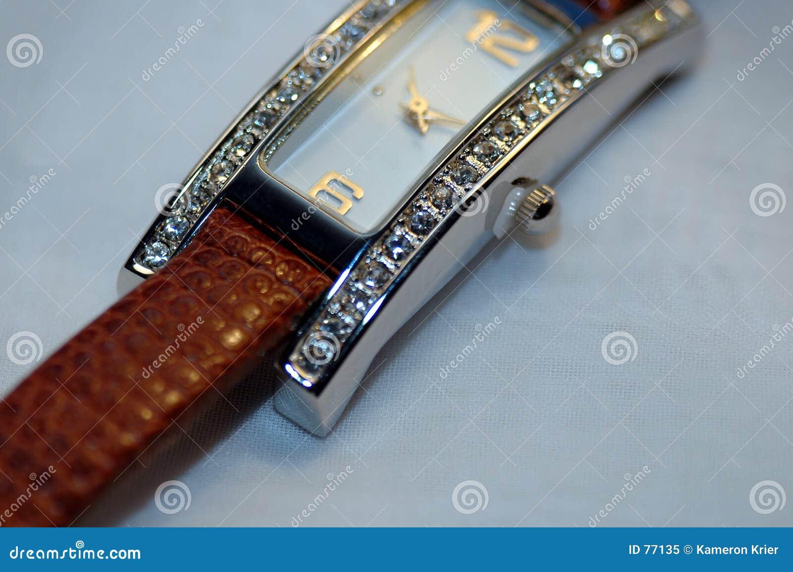 金刚石散布的手表