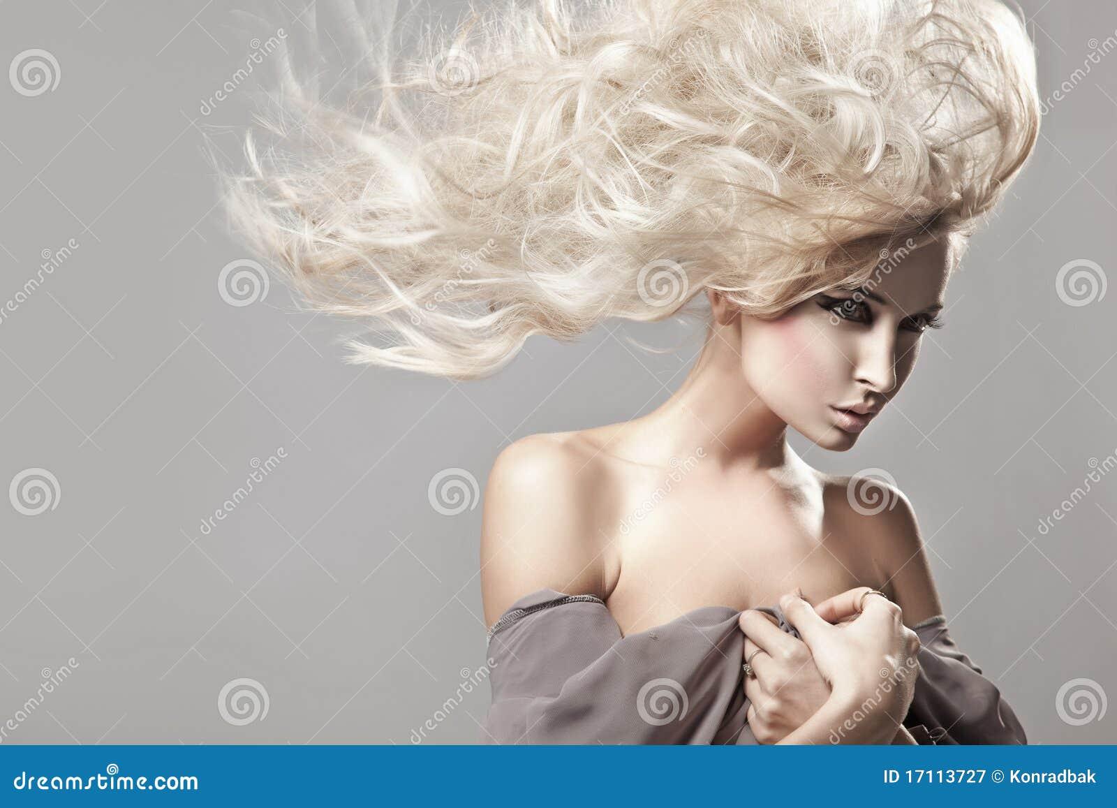 金发长的妇女