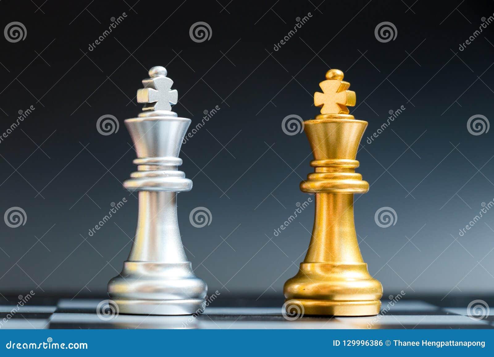 金和银国王在棋枰的棋子面孔