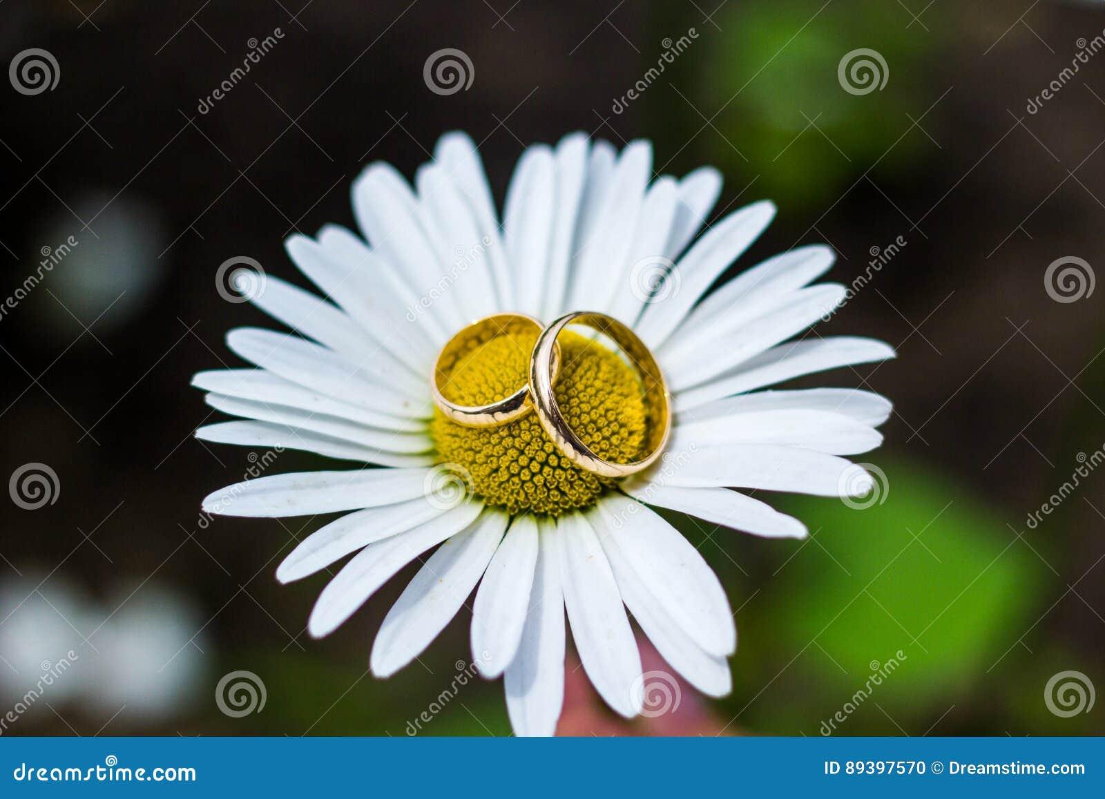 金子在花花束的婚戒新娘的