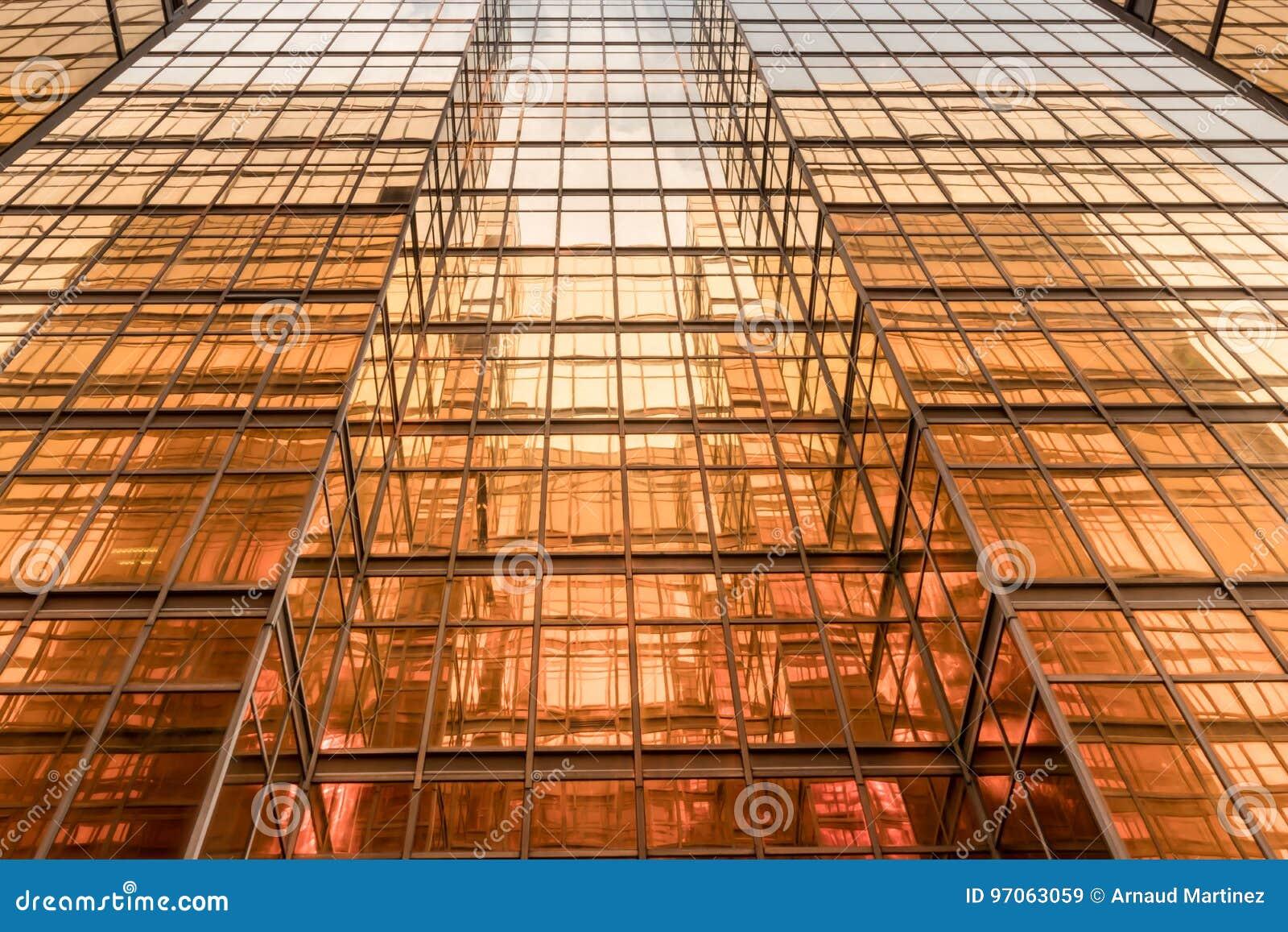 金子颜色办公楼塔门面在商业中心