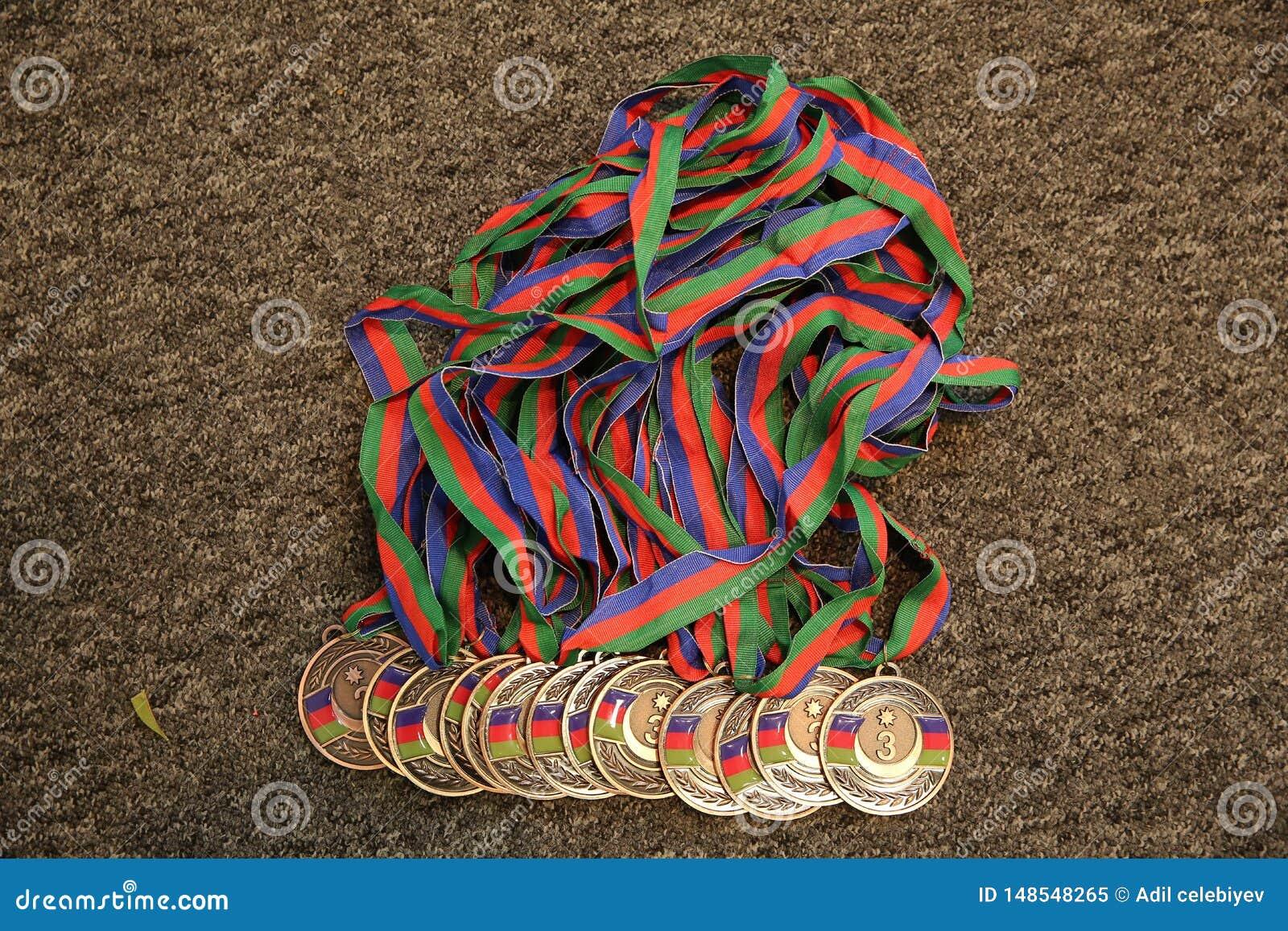 金子,与第三的奖牌 体育战利品 r 在黑背景的金牌