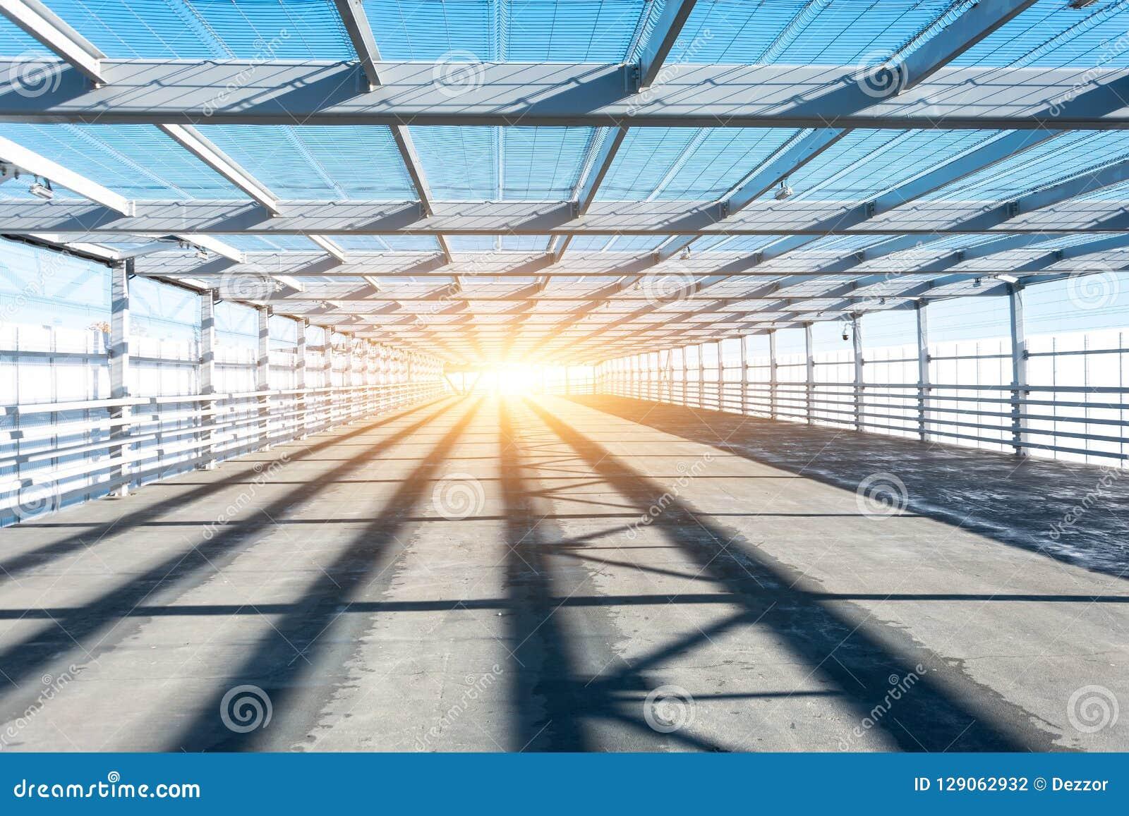 金属化磨碎与明亮的光的隧道在末端
