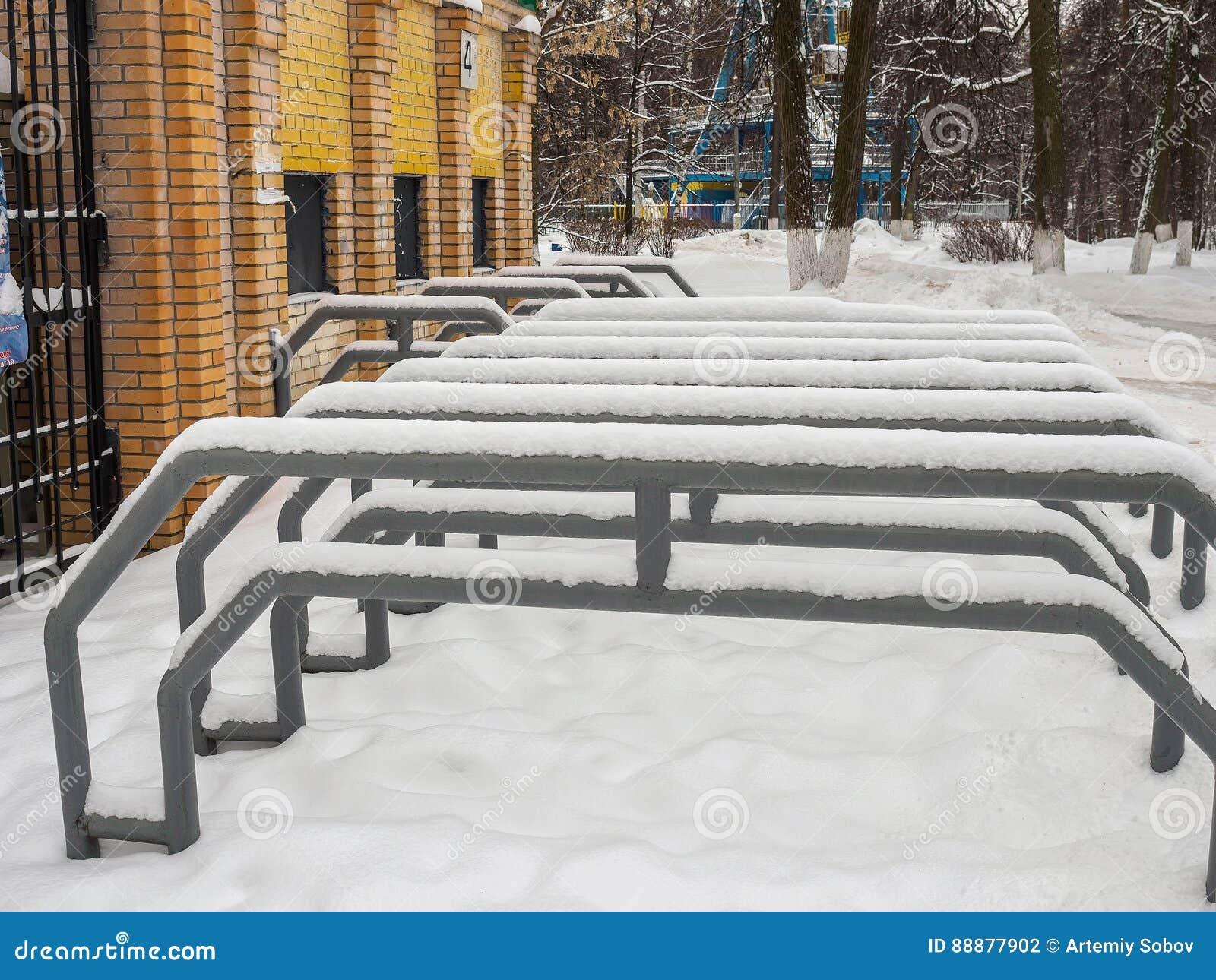金属化篱芭在入口到体育场