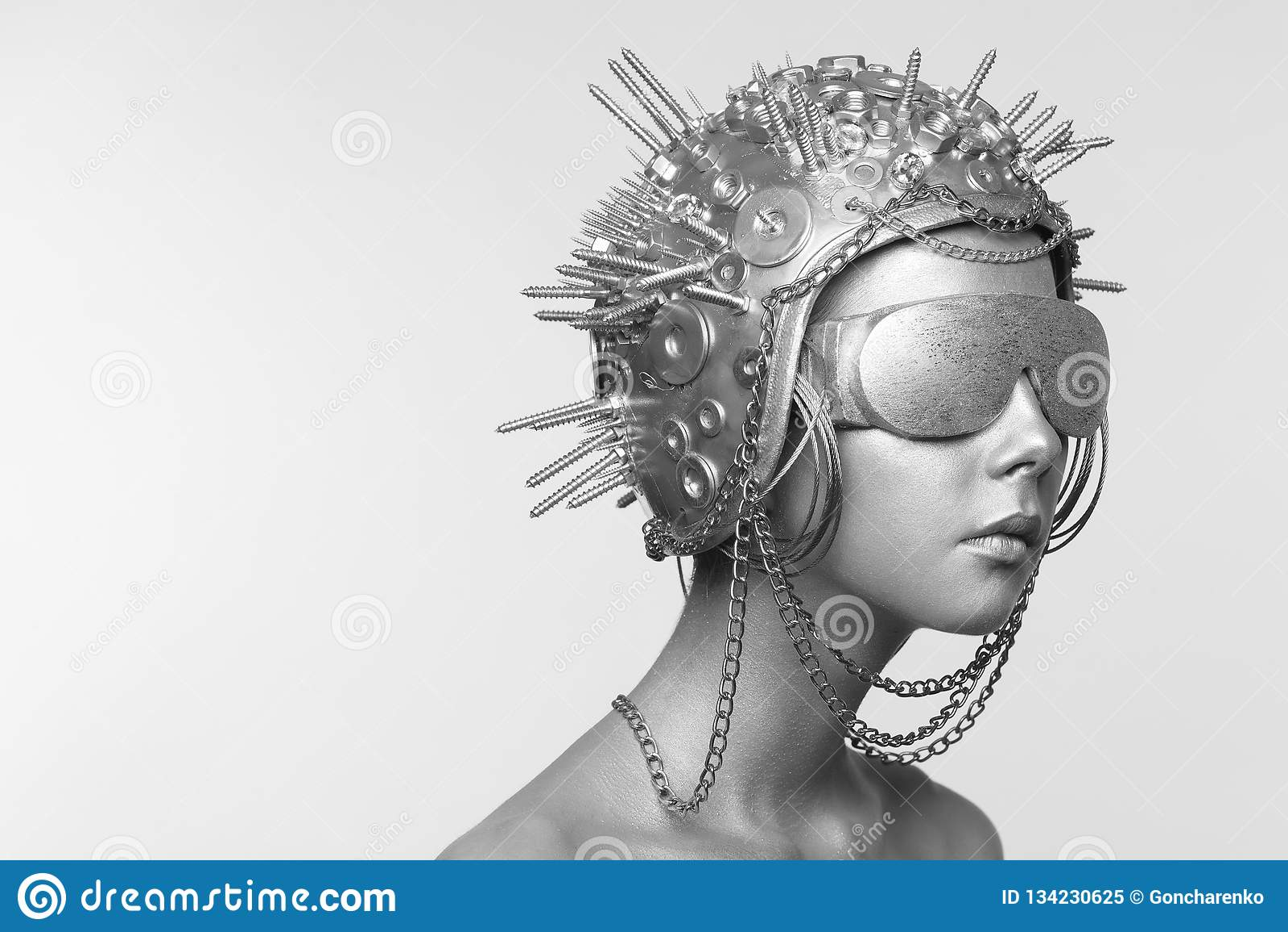 金属盔甲和玻璃的未来派妇女