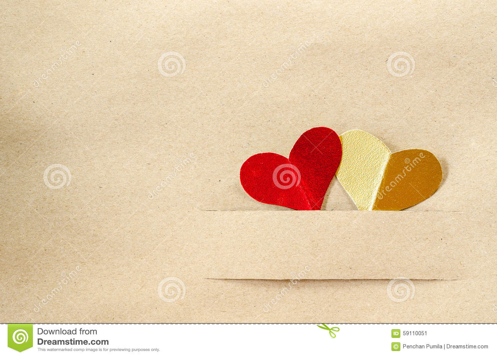 金心脏和红色心脏在葡萄酒包装纸