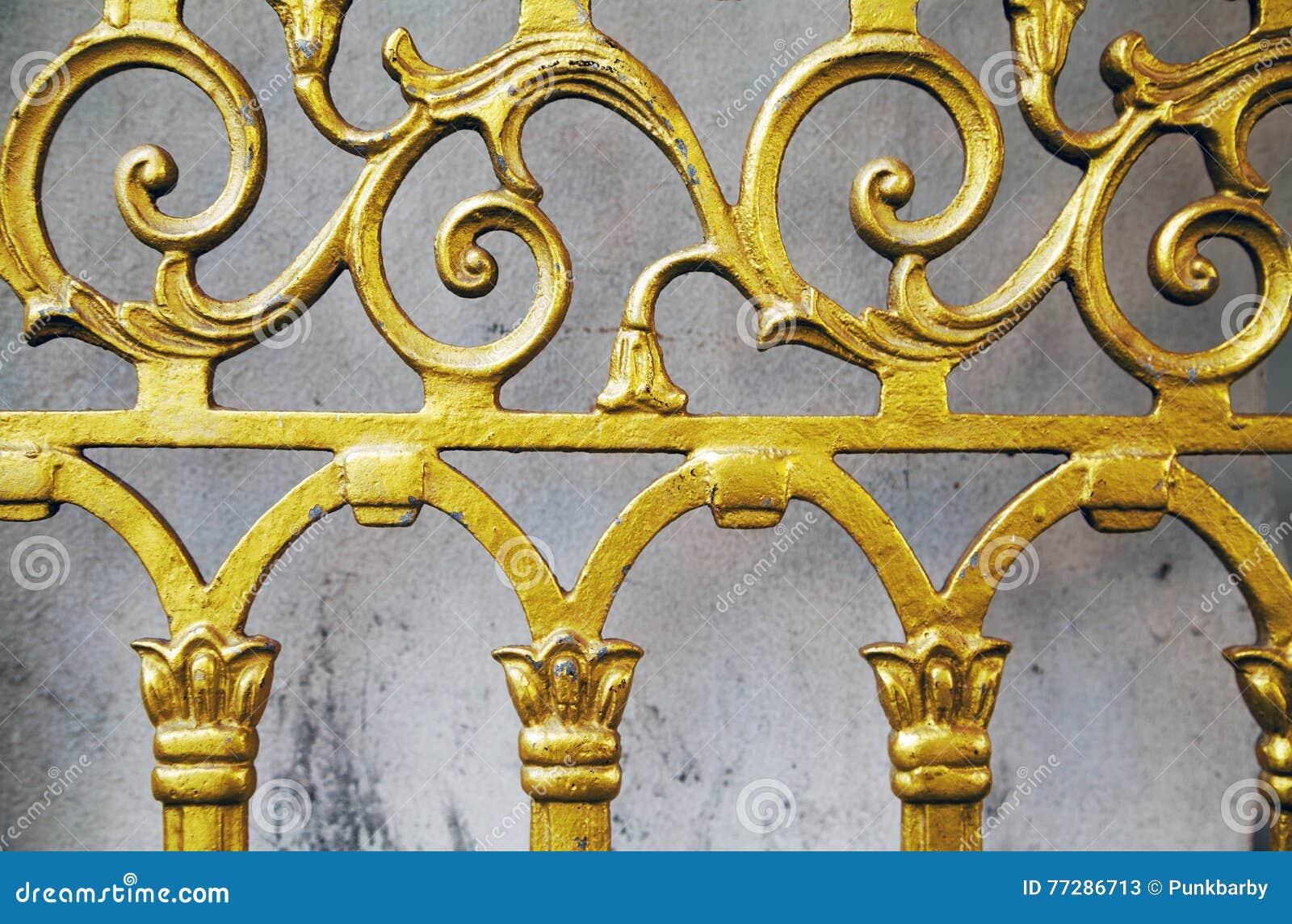 金老加工的篱芭特写镜头背景 伪造的华丽美好的样式金门