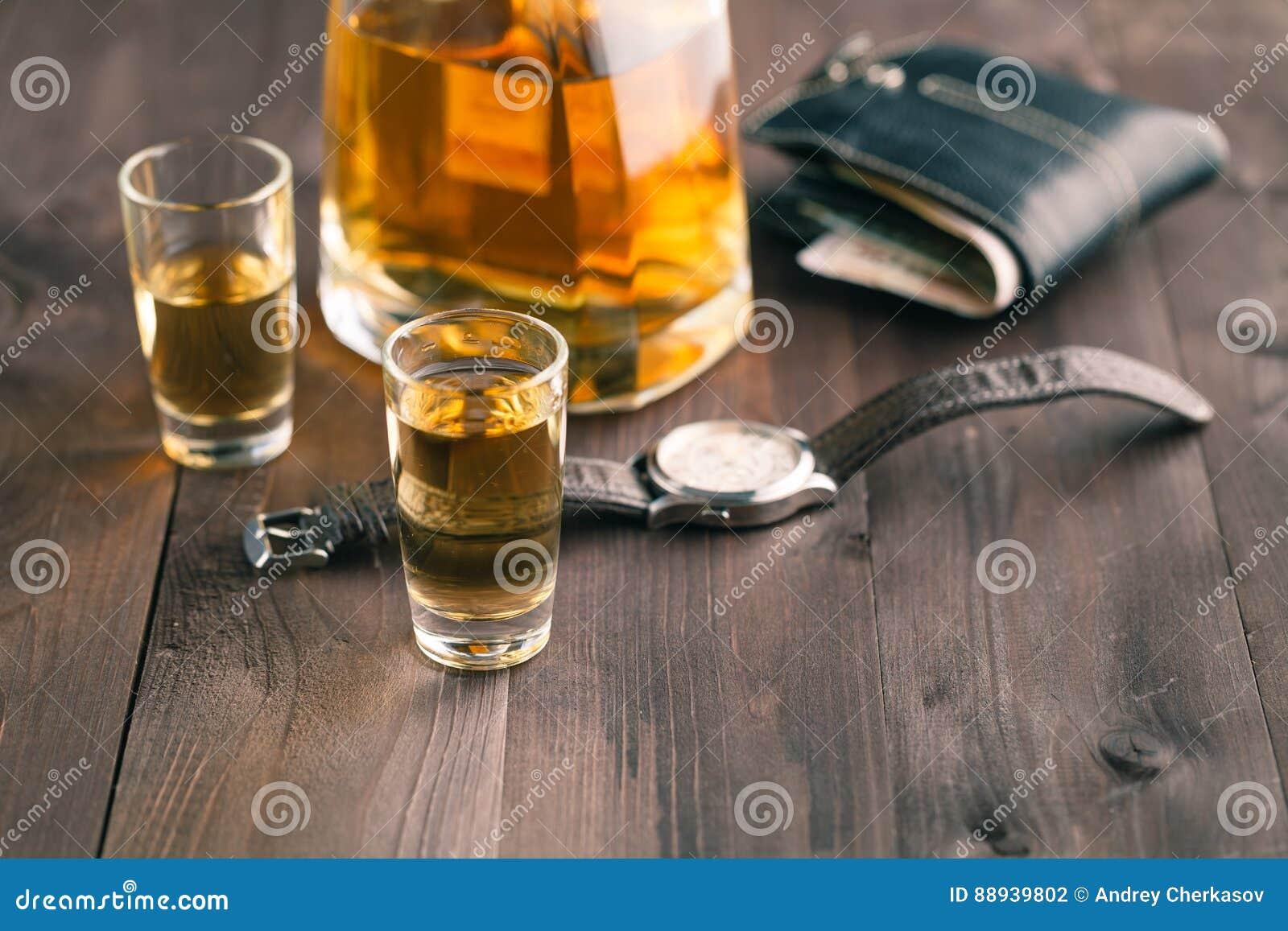 金钱和威士忌酒在木桌上 关闭上色百合软的查阅水