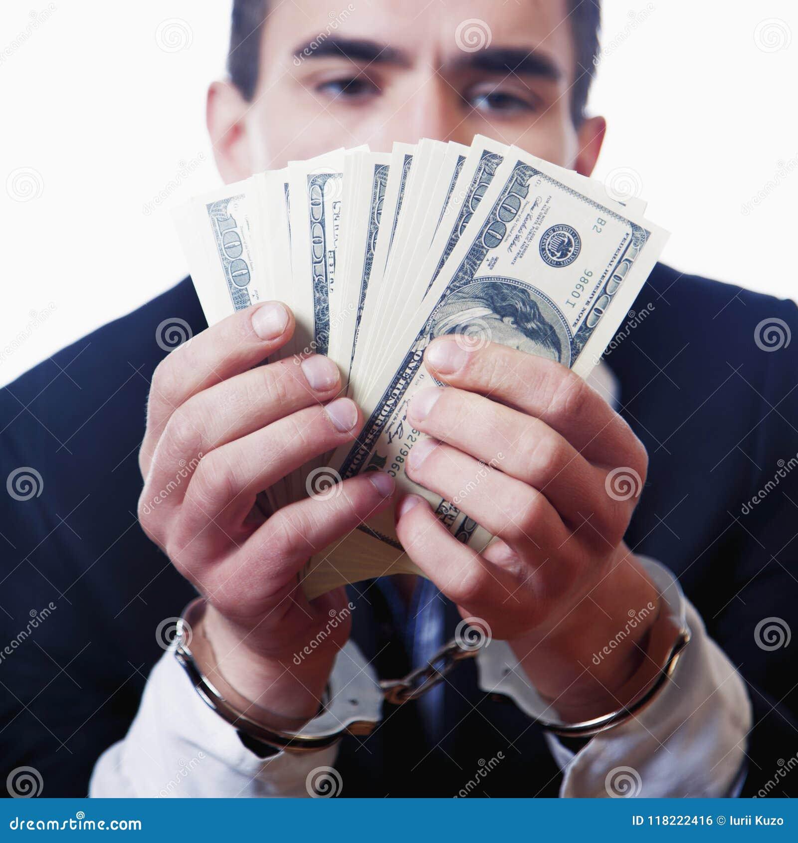 金钱是自由概念 手铐的人拿着美元