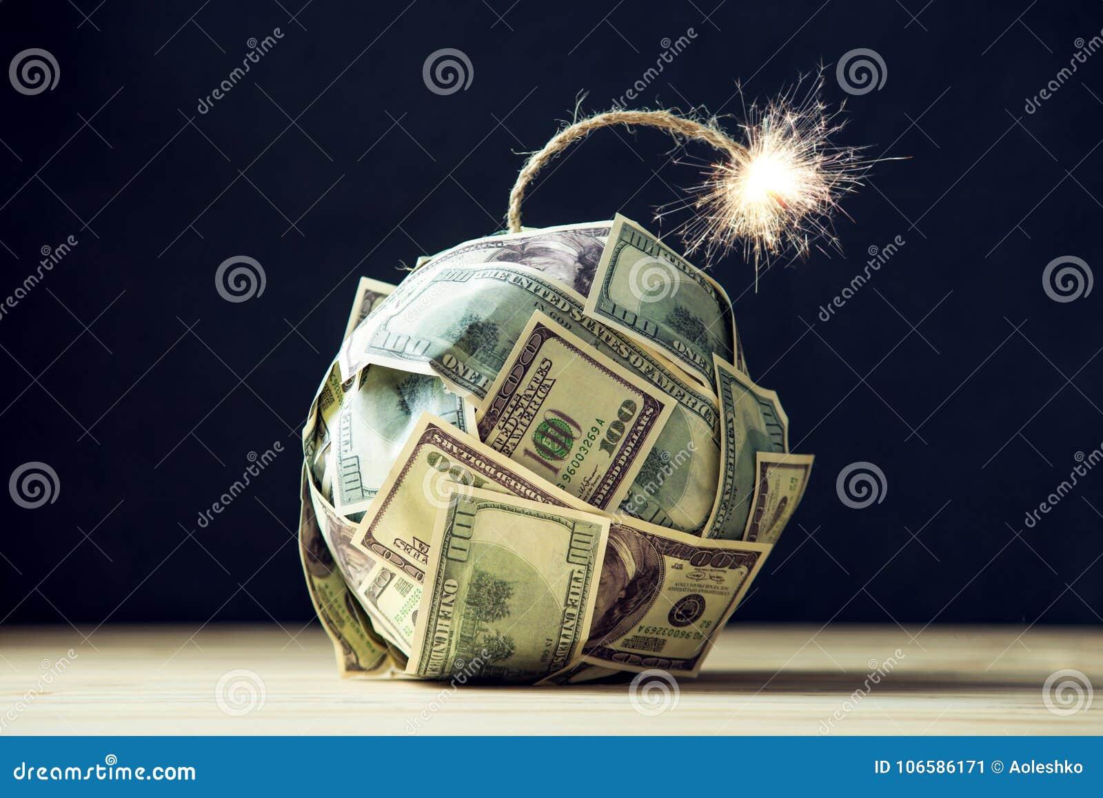 金钱炸弹与一个灼烧的灯芯的一百元钞票 在爆炸前的一点时刻 财务概念的危机