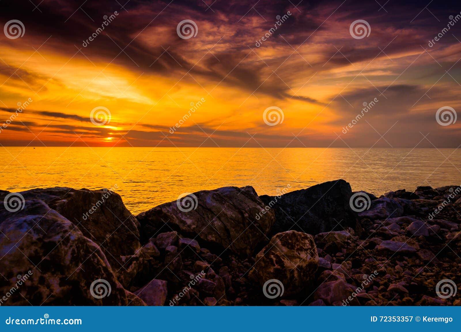 金黄日落海景
