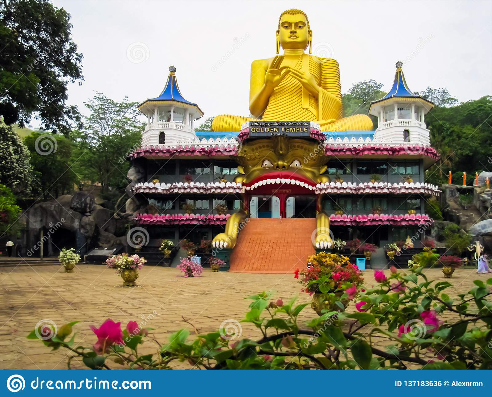 金黄菩萨的寺庙在Jambulla,斯里兰卡