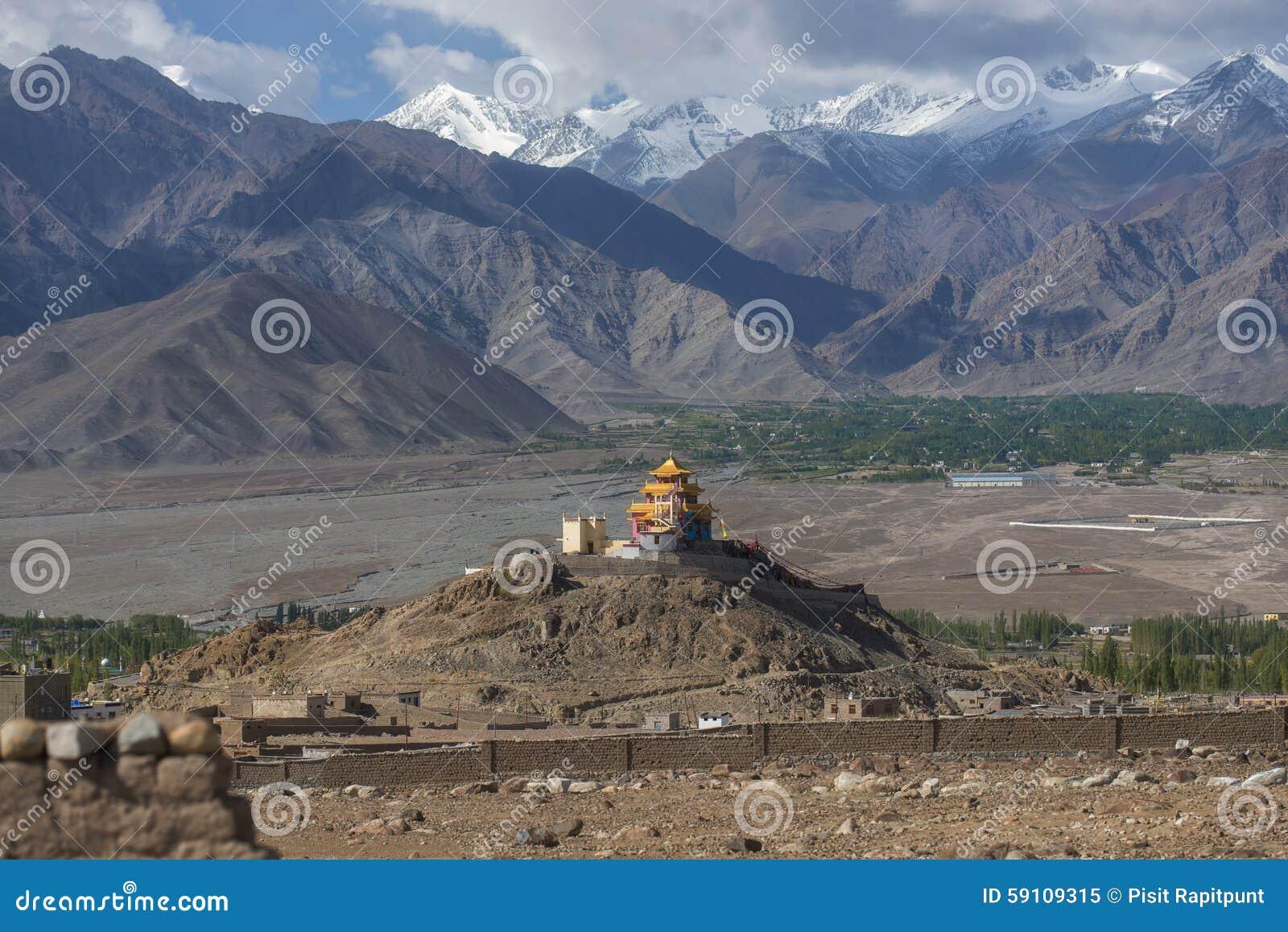金黄屋顶修道院和雪山脉Leh拉达克,印度