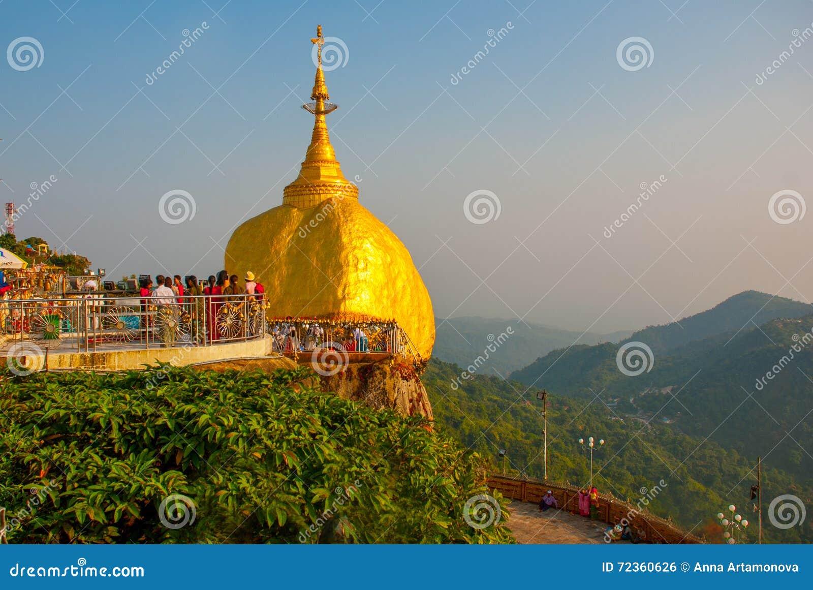 金黄岩石或Kyaiktiyo塔有蓝天背景,缅甸