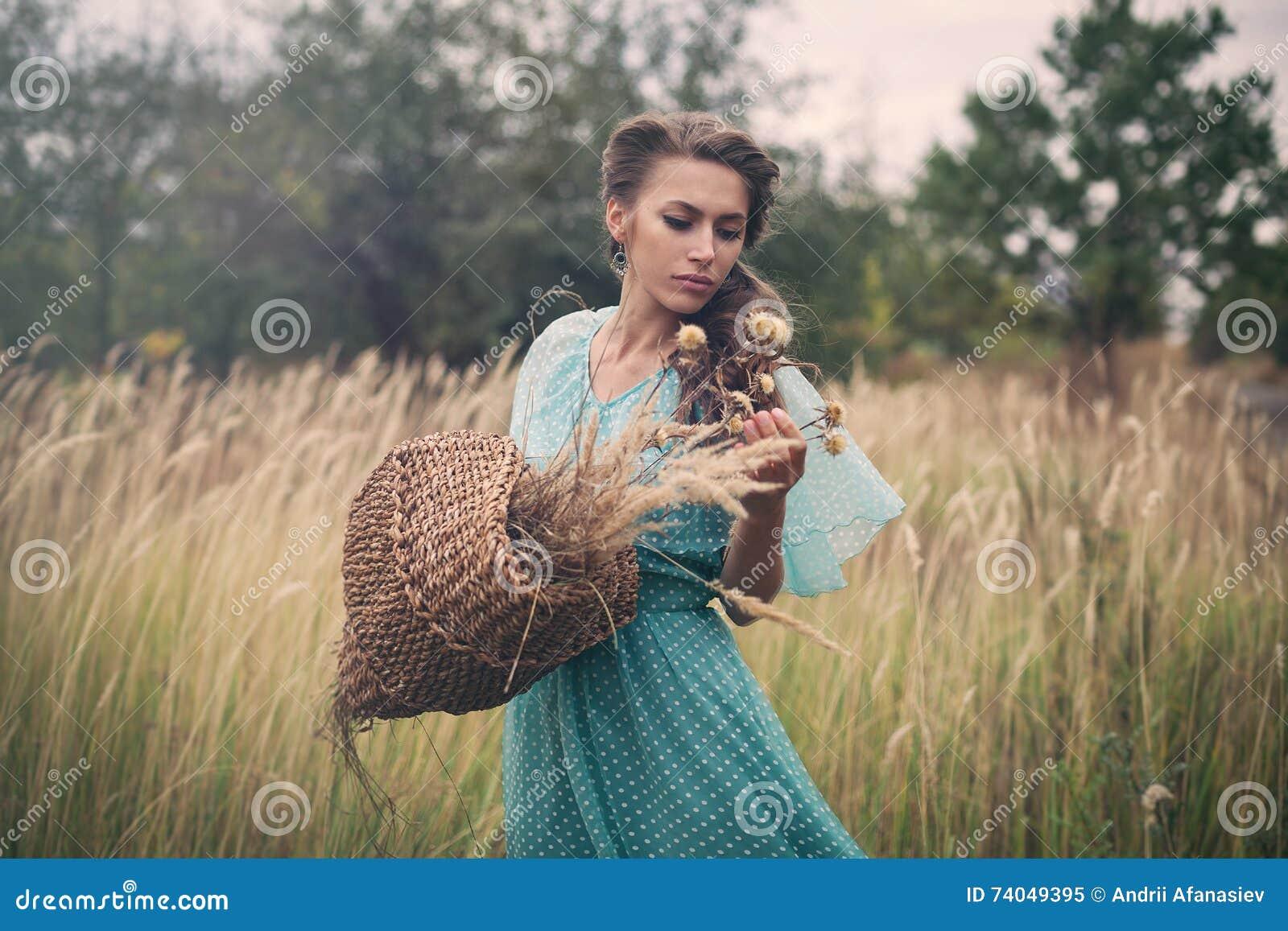 金黄麦子的少妇