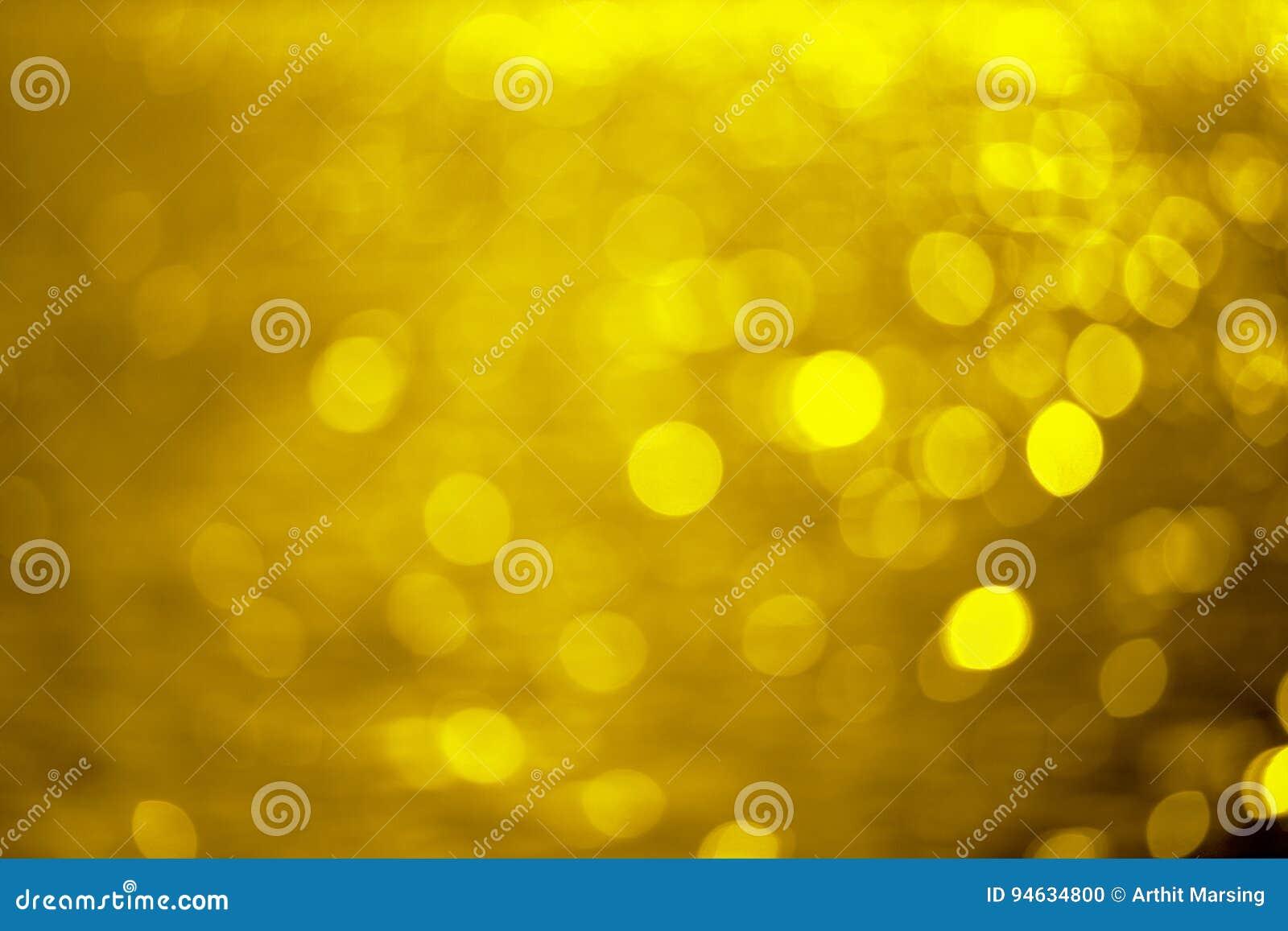 从金黄bokeh水的图片创造的金黄背景
