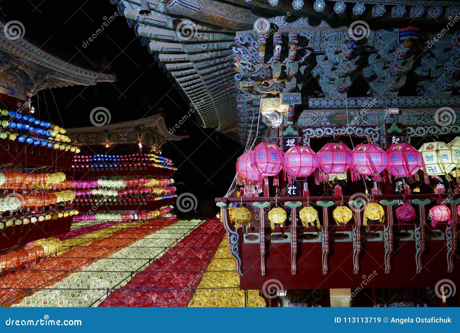 釜山,韩国5月4日2017年:用灯笼装饰的Samgwangsa寺庙