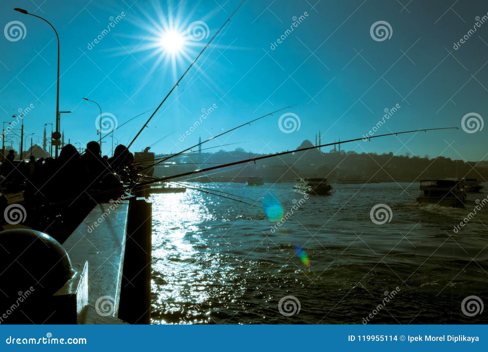 钓鱼在加拉塔桥梁的渔夫剪影放松和享受他们的爱好在伊斯坦布尔