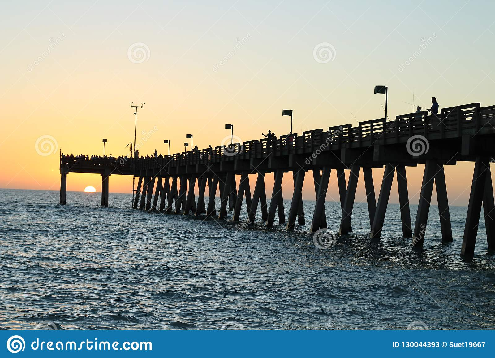钓鱼在墨西哥湾的码头日落的