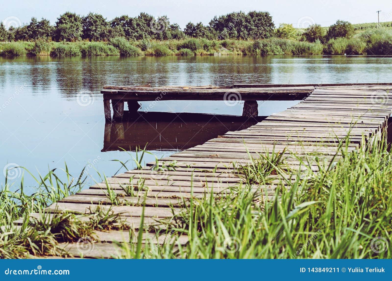 钓鱼在湖的平台 木码头