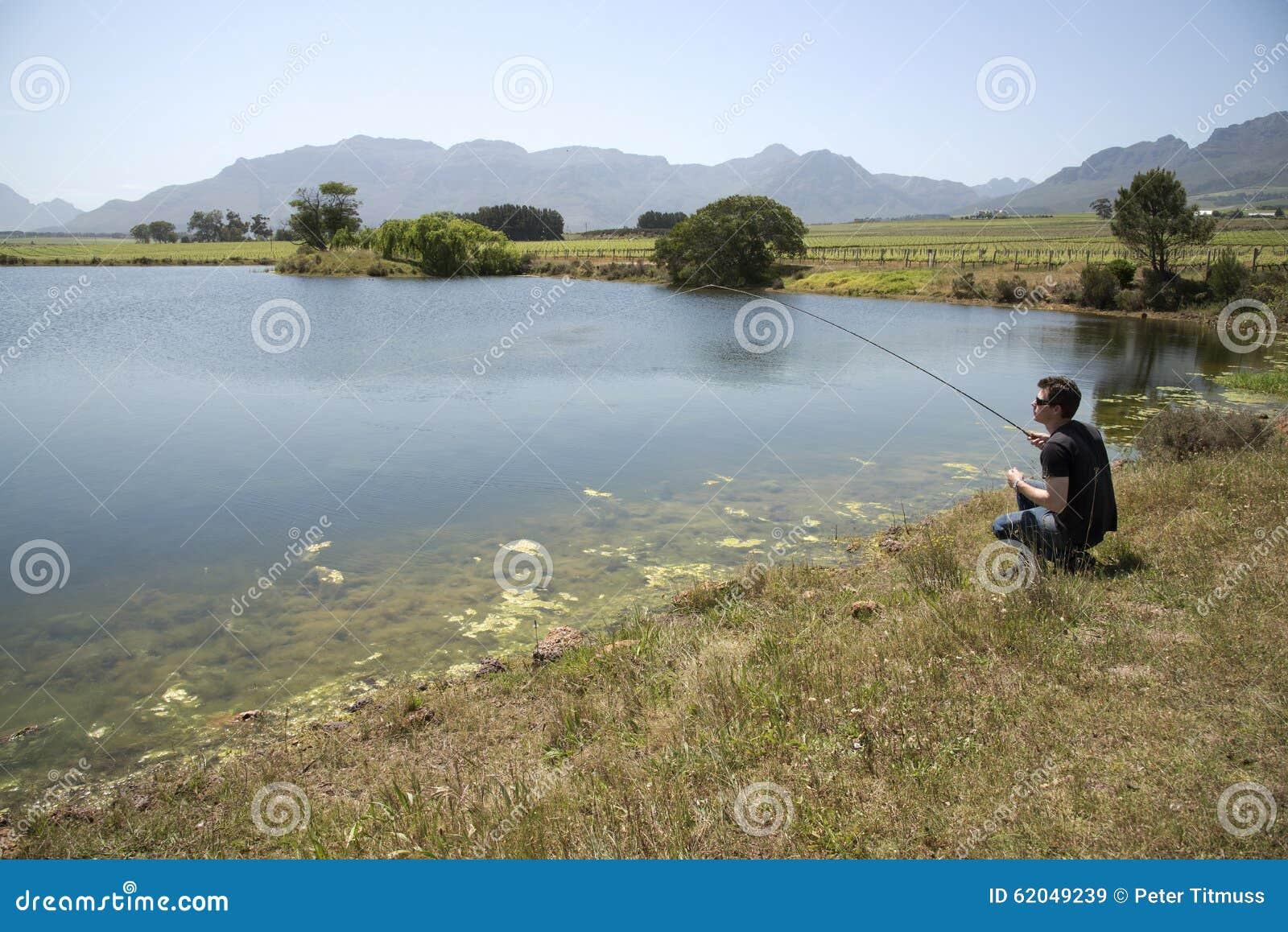 钓鱼者用假蝇钓鱼南非