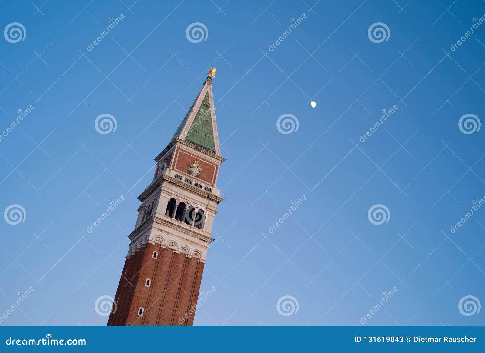 钟楼-圣马克的塔在有月亮的威尼斯
