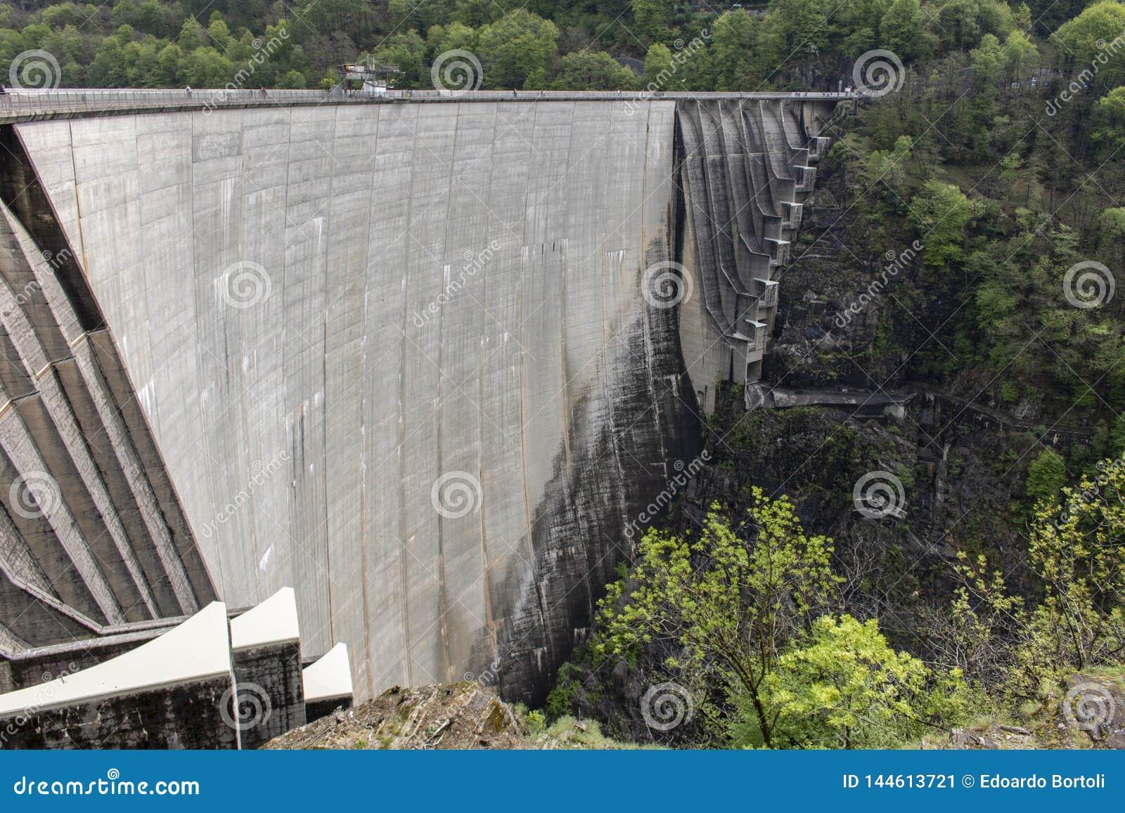 钢筋混凝土水坝