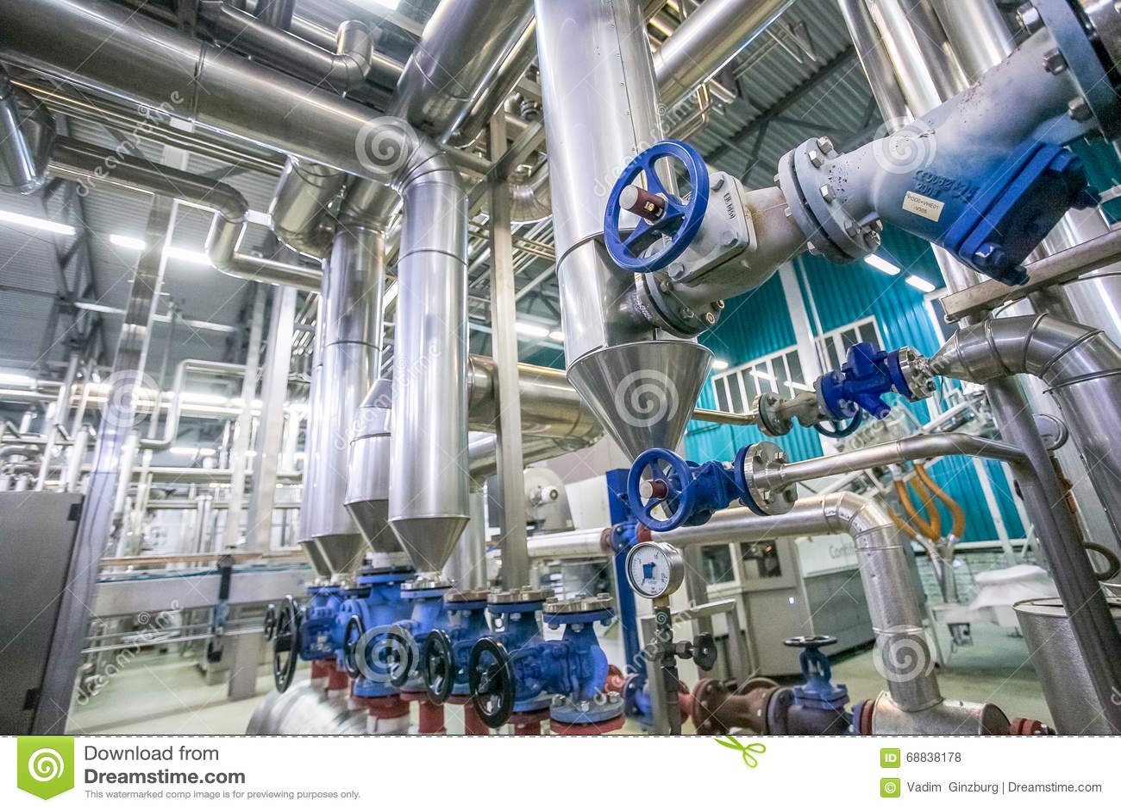 钢管道和阀门在牛奶工厂