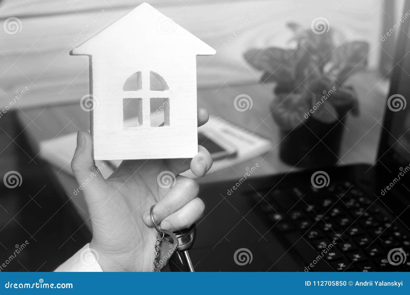 钥匙和一个小屋在手上 实际座席的庄园 b的概念