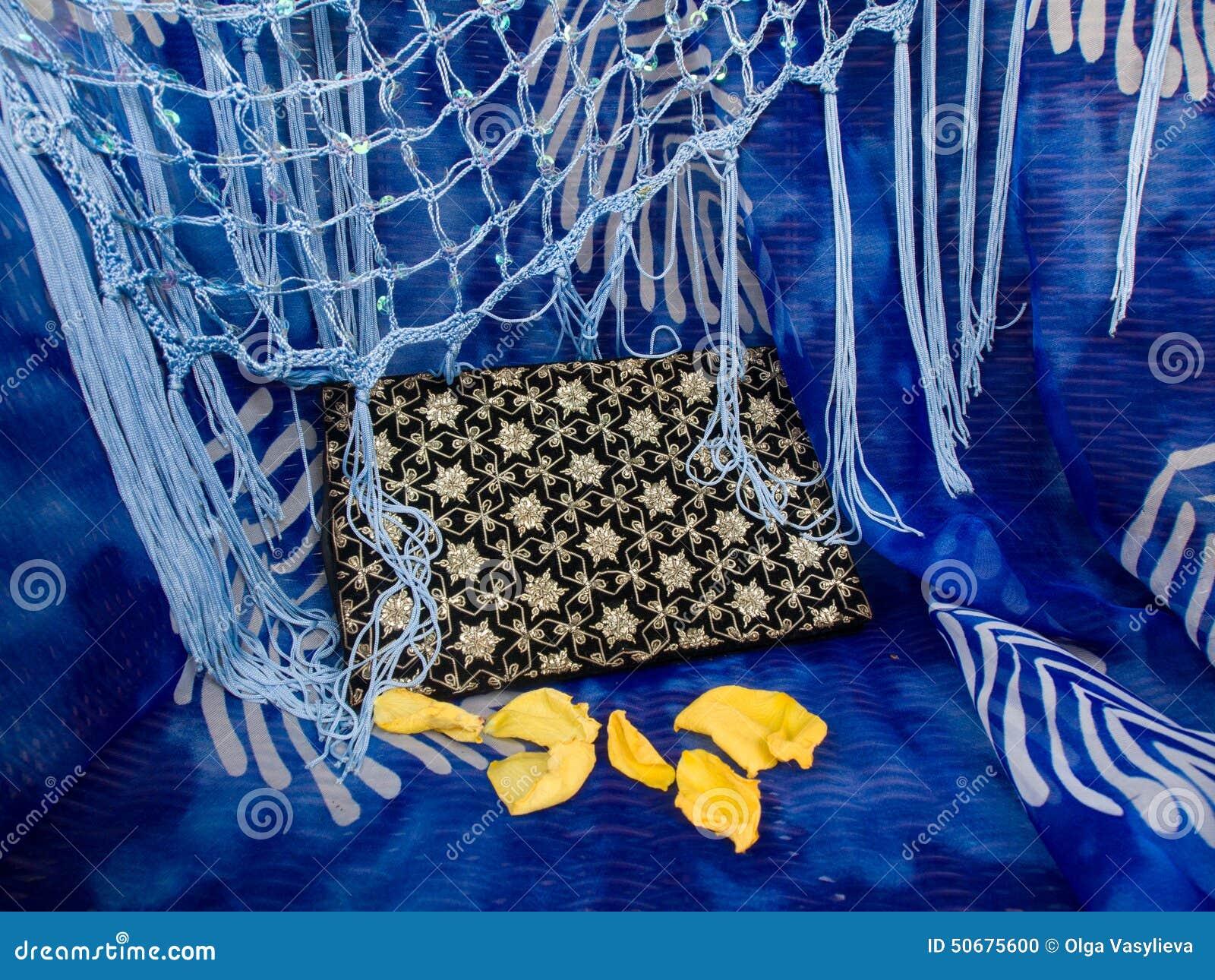 Download 黑钱包和玫瑰花瓣 库存照片. 图片 包括有 诱饵, 黄色, 童年, 钱包, 蓝色, 围巾, 部分, 泪花 - 50675600