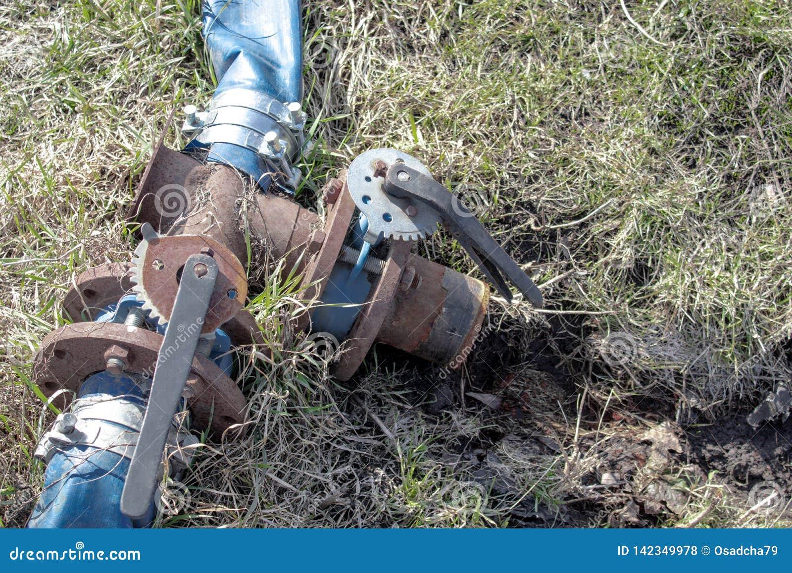 铁与开关和蓝色长笛的水龙头