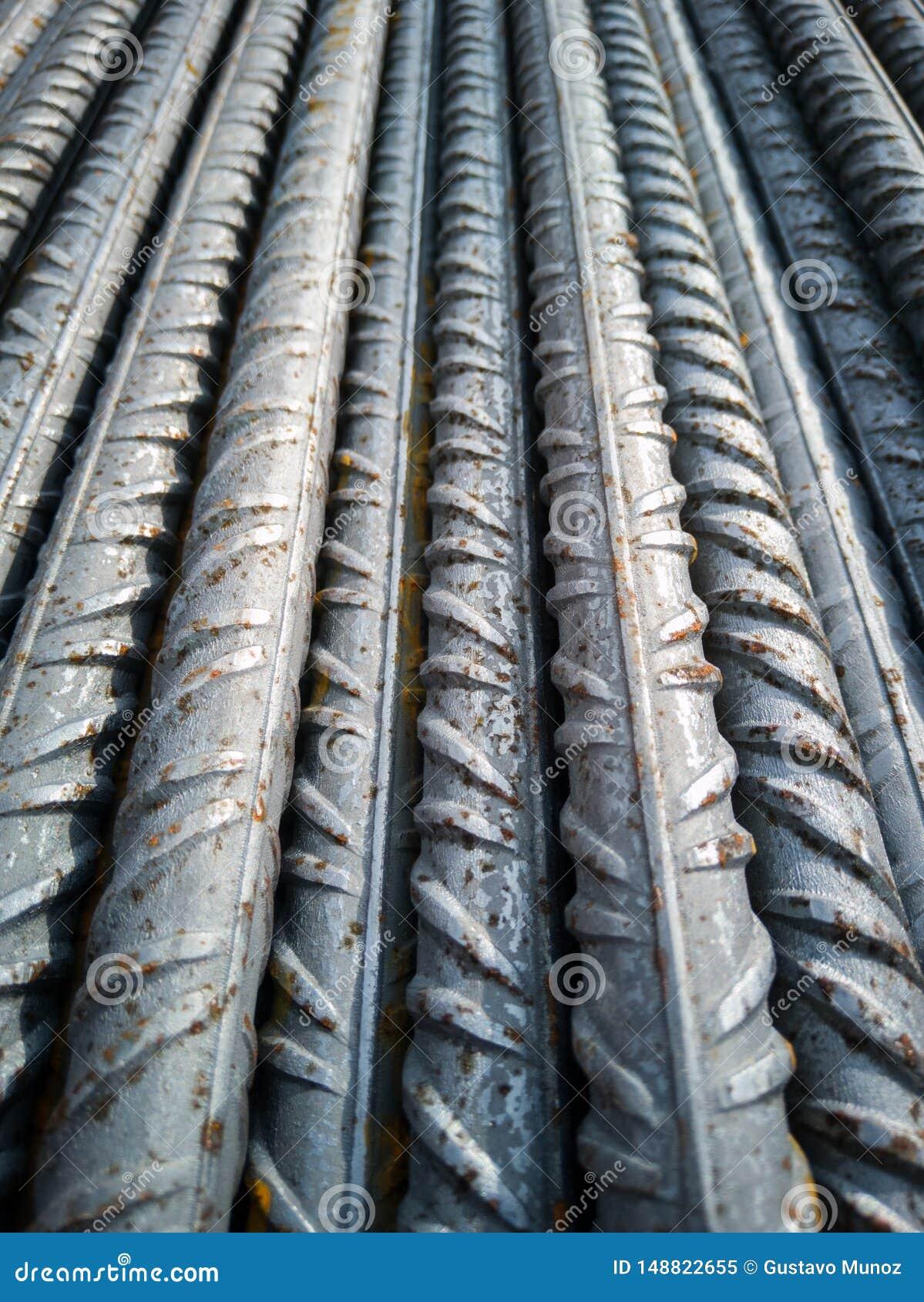 铁棍库存在执行钢筋混凝土的工地工作