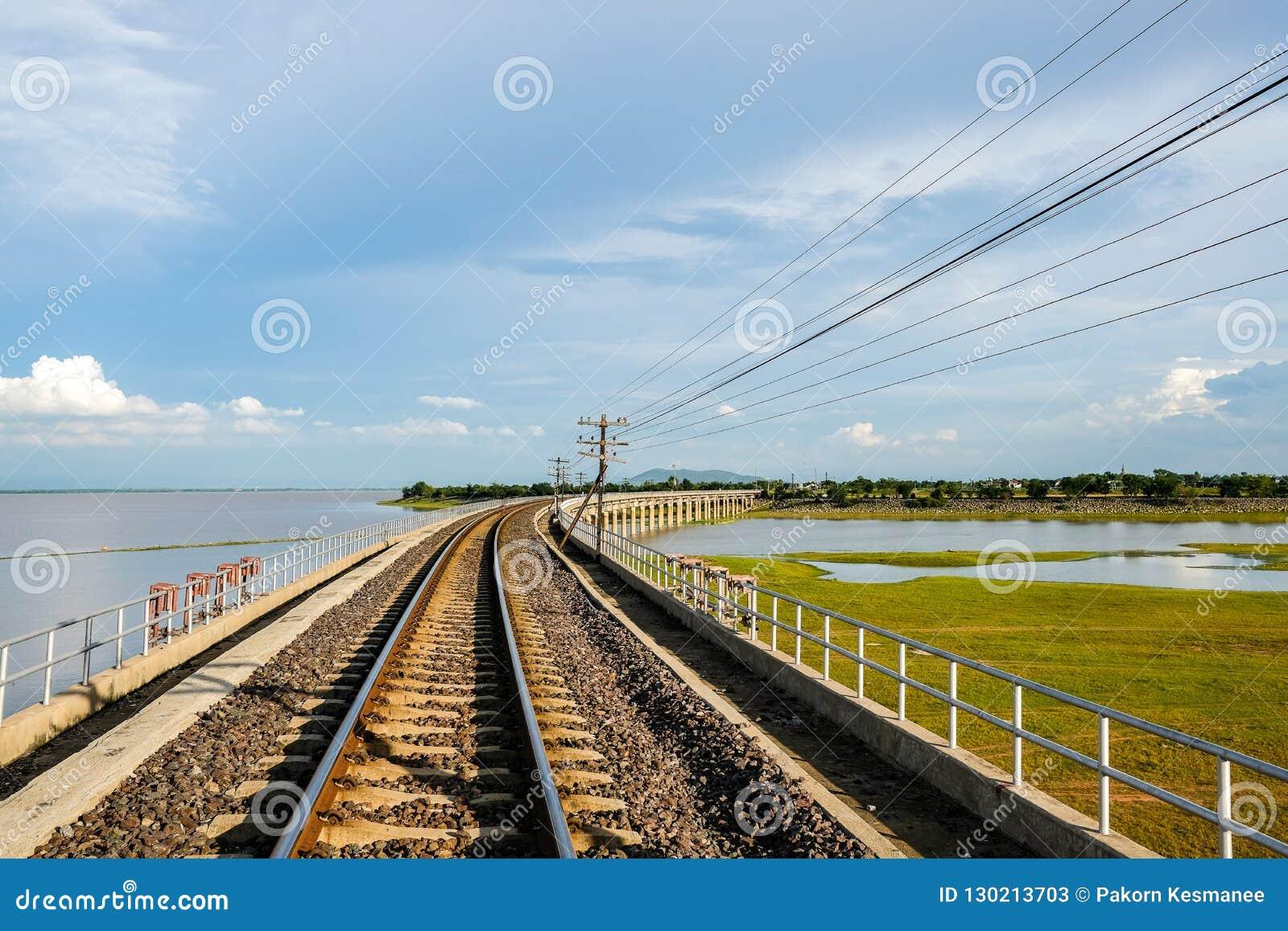 铁路交叉Pasak Chonlasit水坝,Lopburi,泰国