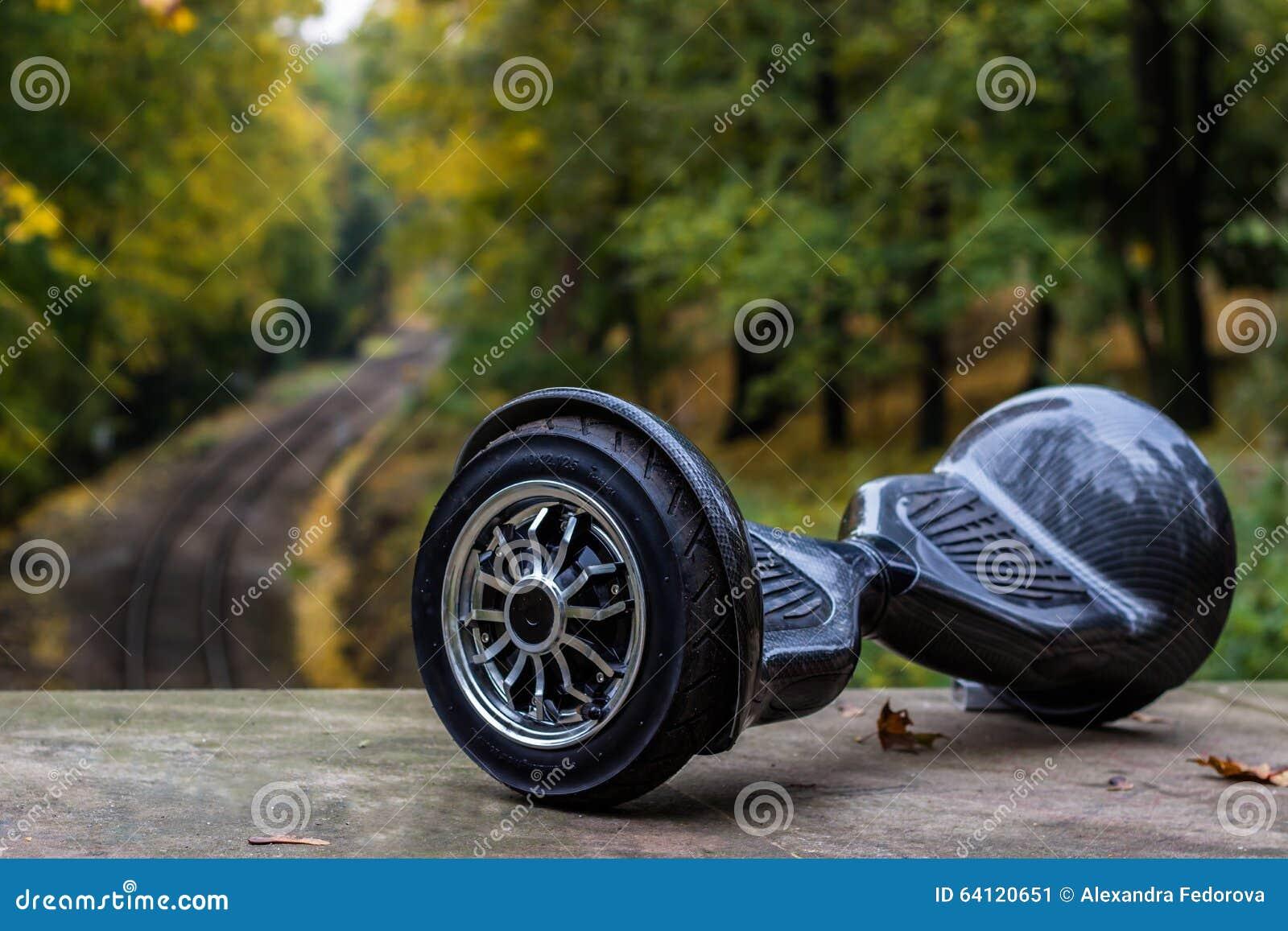 以铁路路轨为背景的黑hoverboard