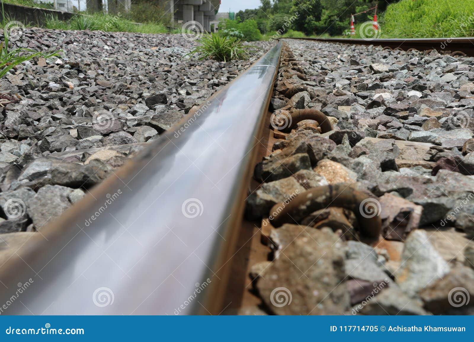 铁轨和岩石在泰国,火车金属铁路