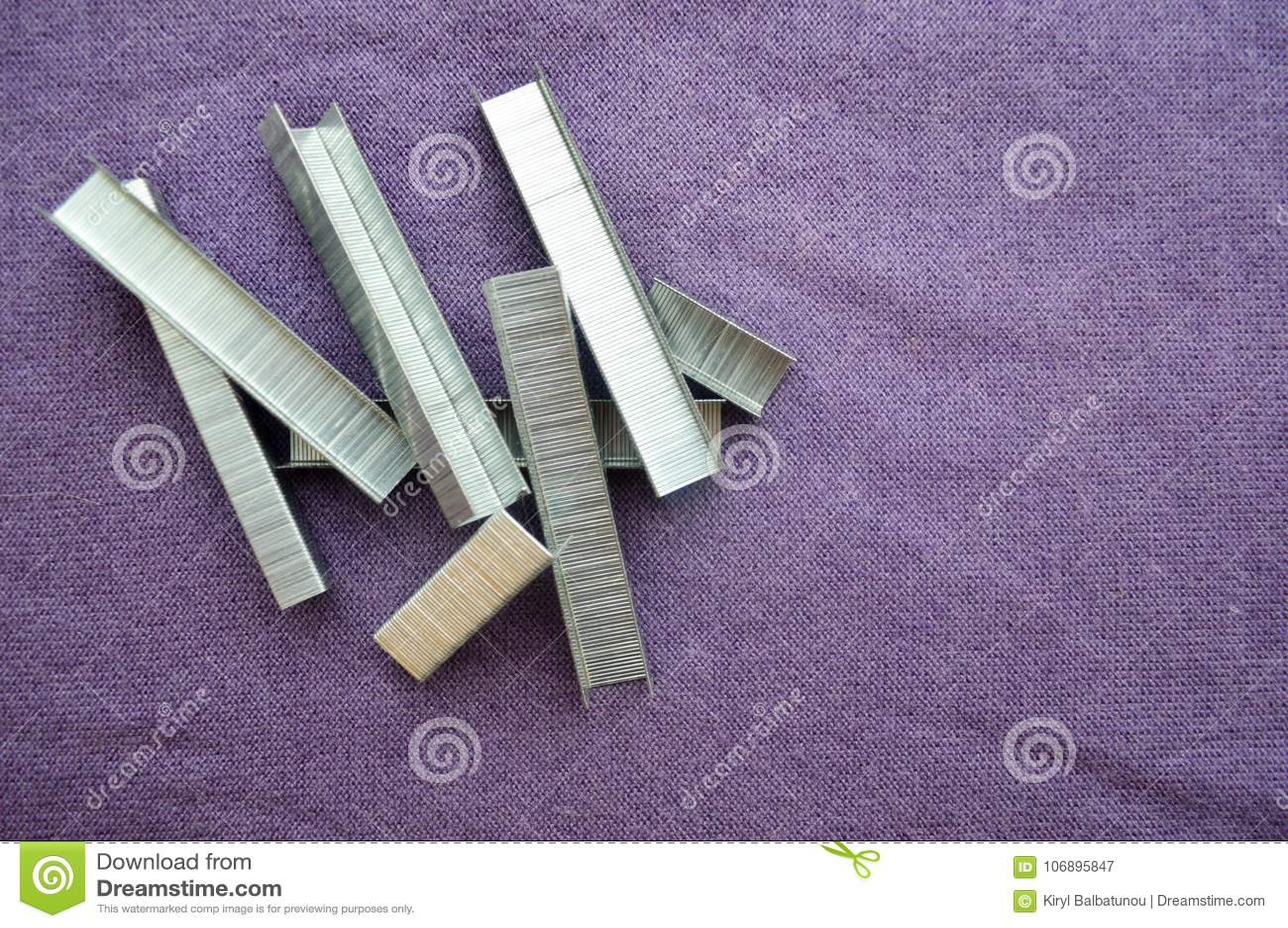 铁,金属,被堆积的银色钉书针