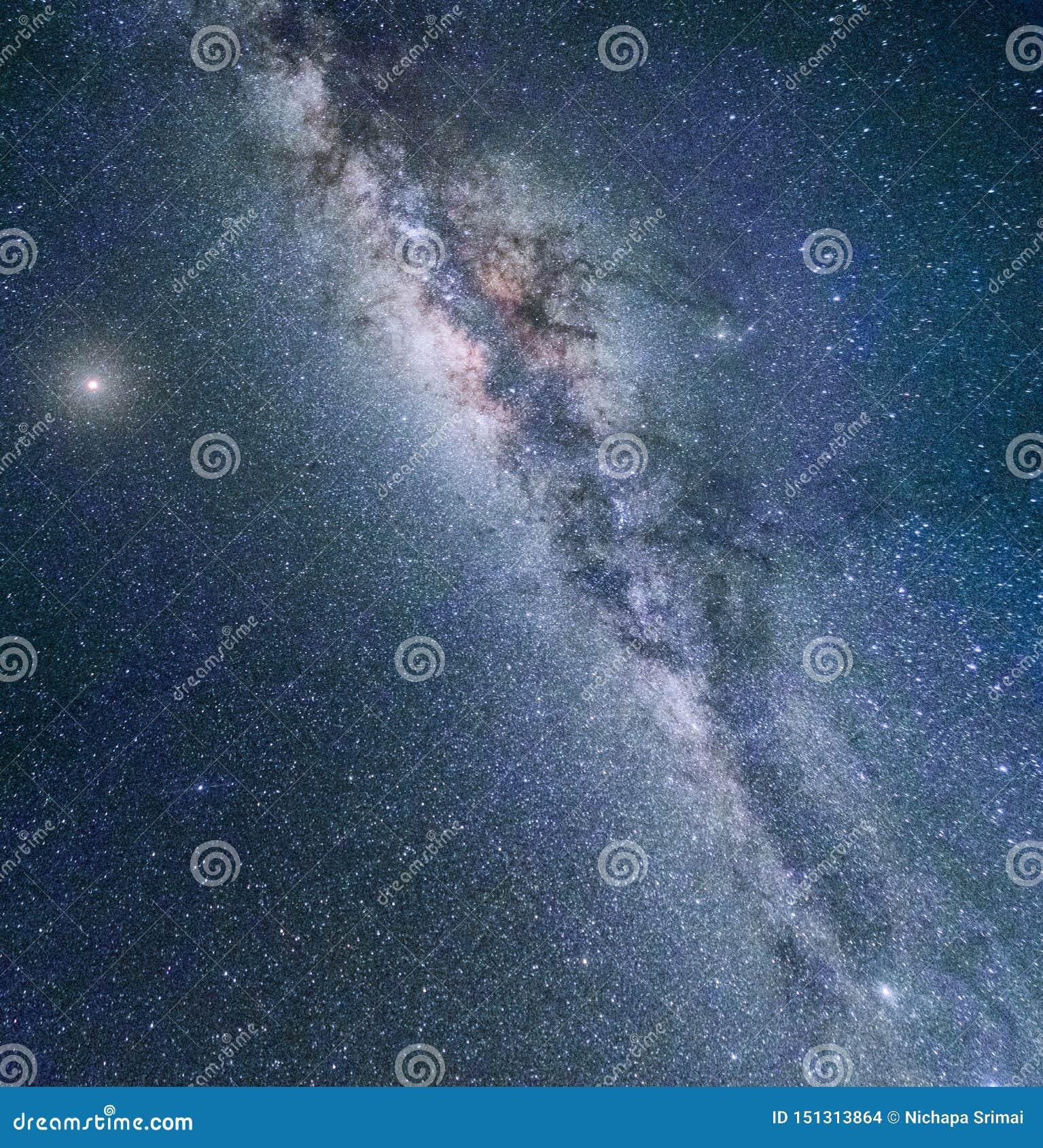 银河星系夜五颜六色的风景